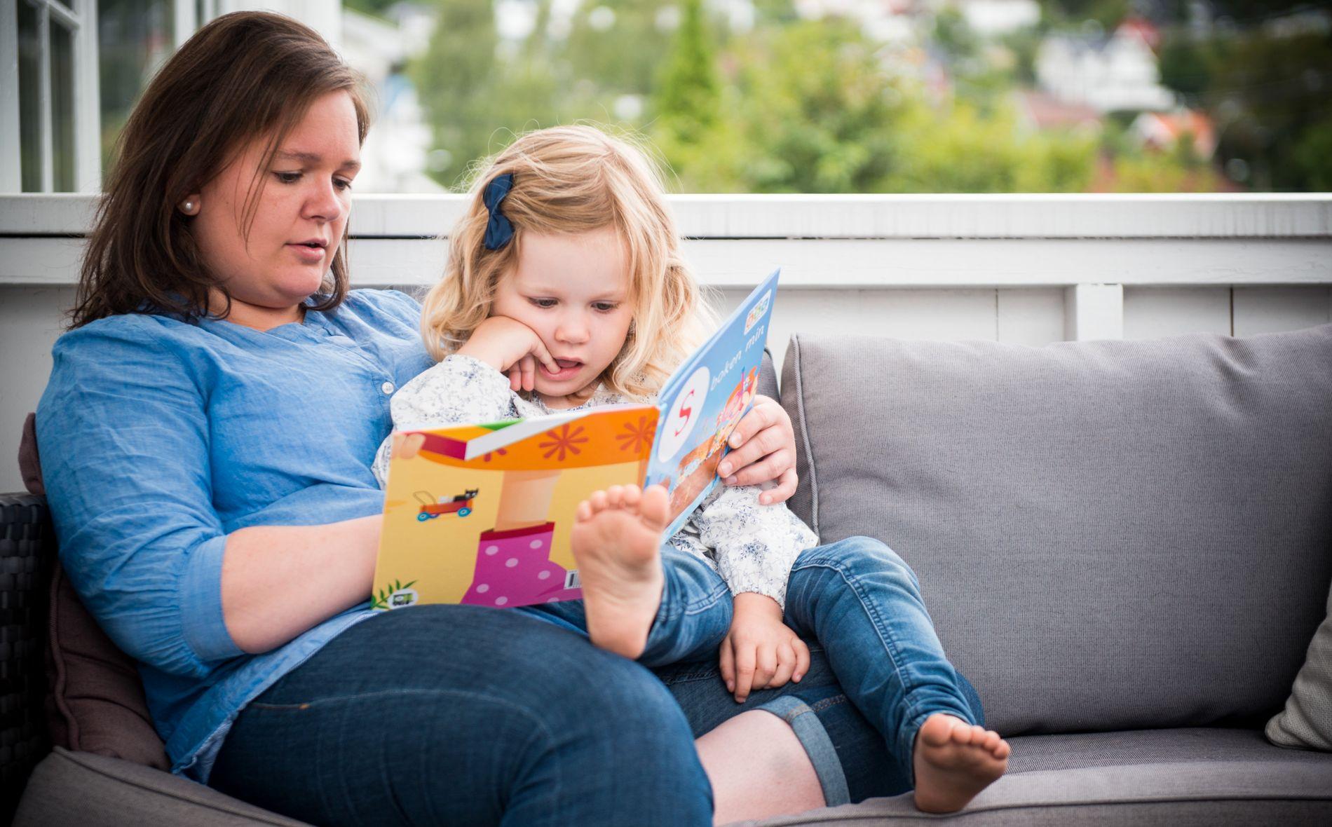 Maria Jensen Djupvik og datteren Iben (4) leser sammen hver kveld. – Jeg tror det har vært veldig viktig, både for hennes språklig utvikling og forholdet vårt.