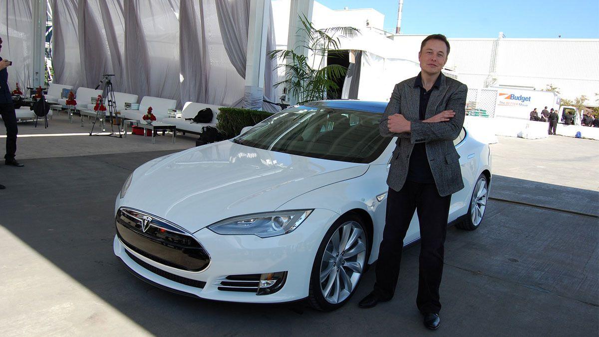 I løpet av oktober vil Teslas elbiler kjøre på egen hånd