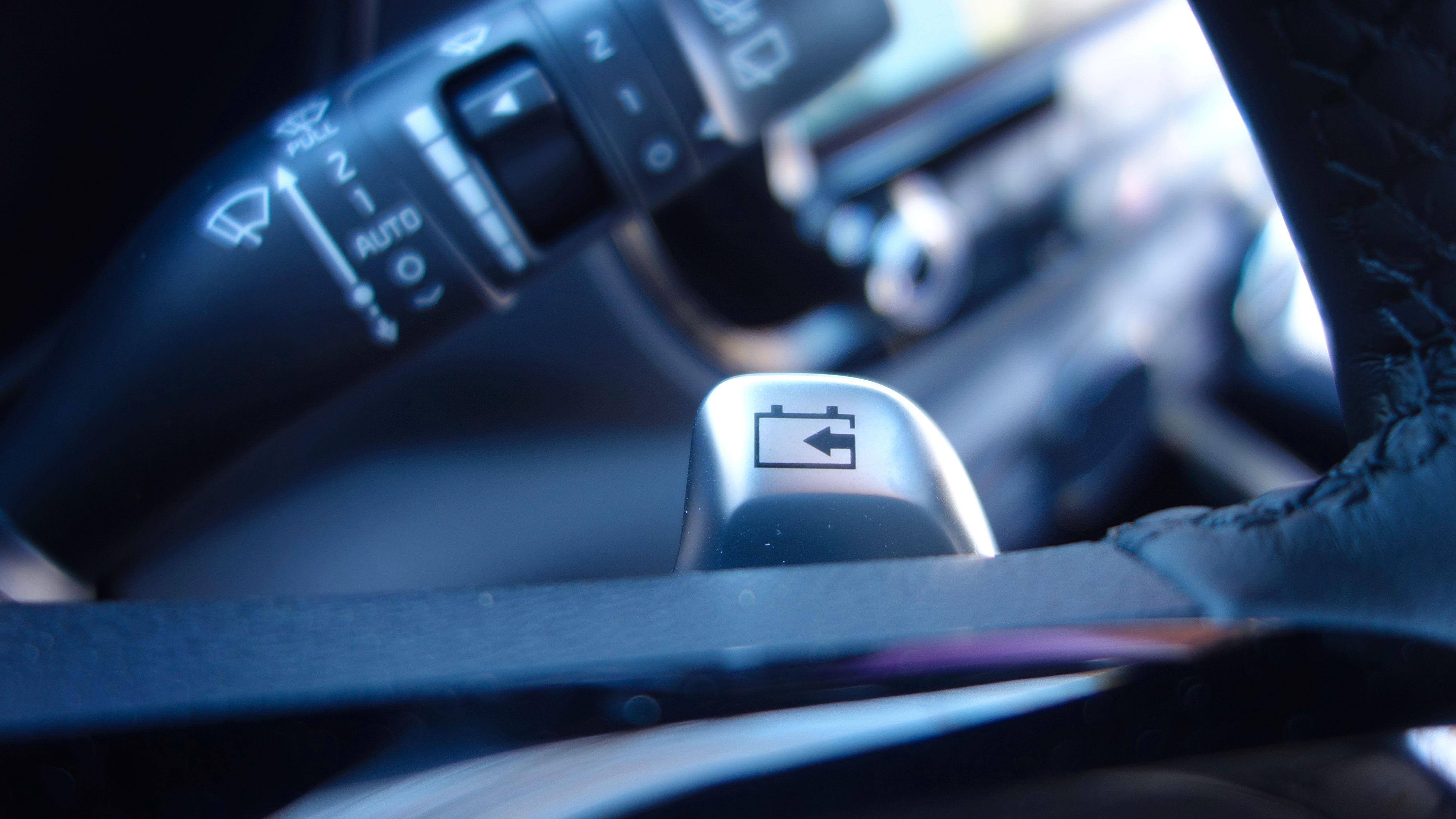 Disse hendlene på rattet regulerer mengden regenerering.