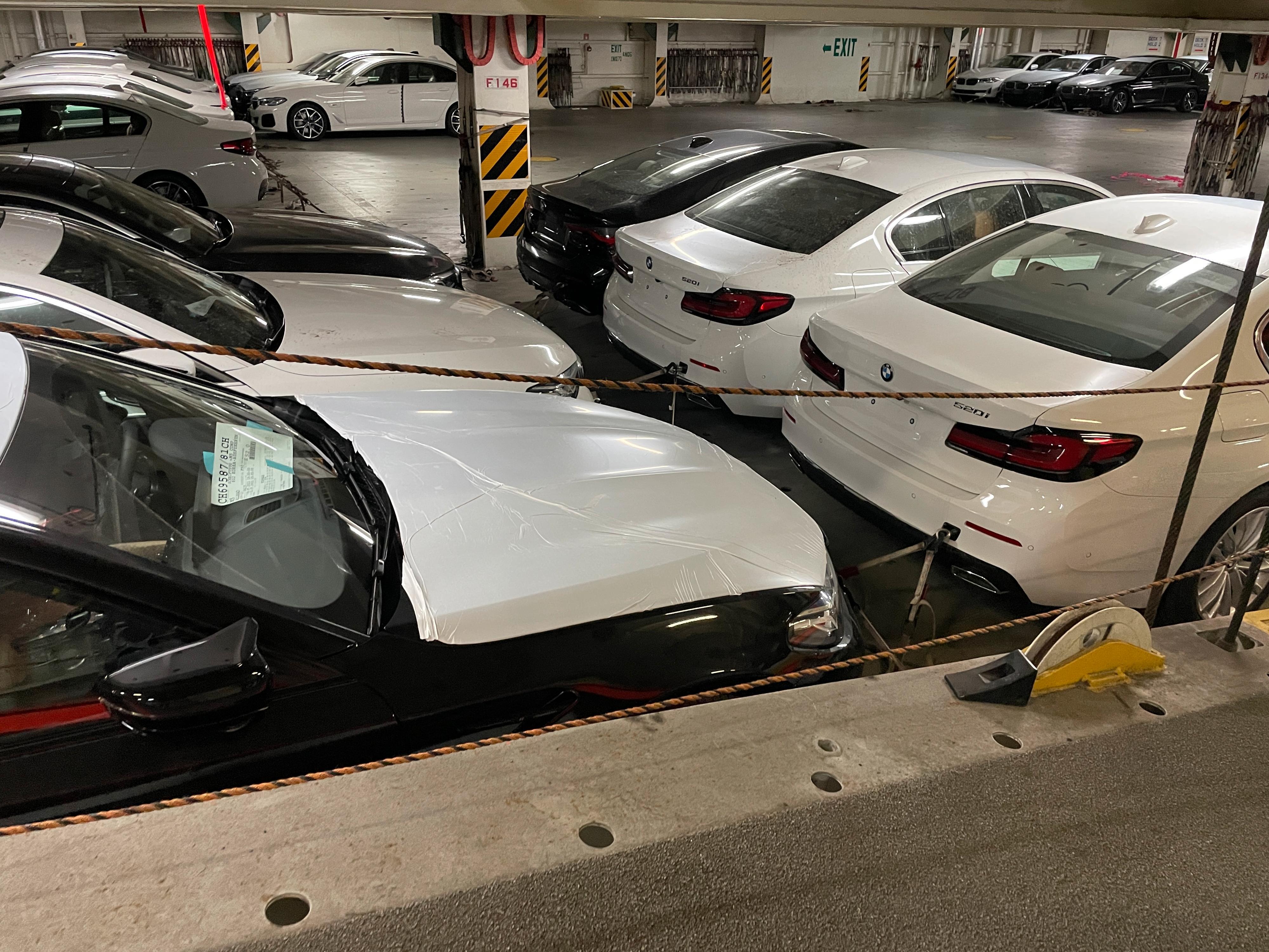 Elbiler fra Teslas Shanghai-fabrikk var ikke alene ombord i båten, som tydeligvis også hadde fått med seg en god etasje full av BMW-er på veien.