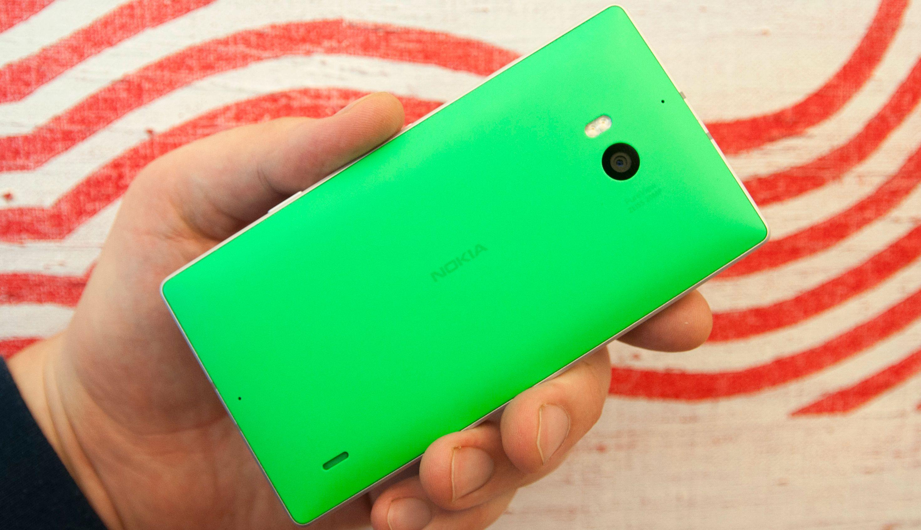 Kjøper du en grønn eller oransje Lumia 930 er du synlig på lang avstand.Foto: Finn Jarle Kvalheim, Amobil.no