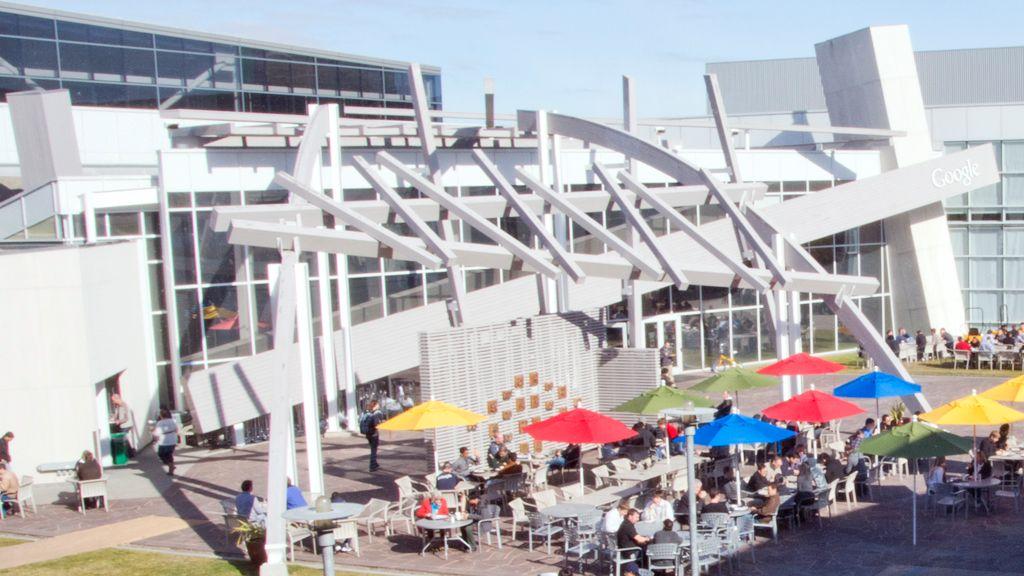 Det er store uteområder rundt Googles hovedkvarter. Her spiser de ansatte under parasoller i Google-fargene. (Foto: Jørgen Elton Nilsen)