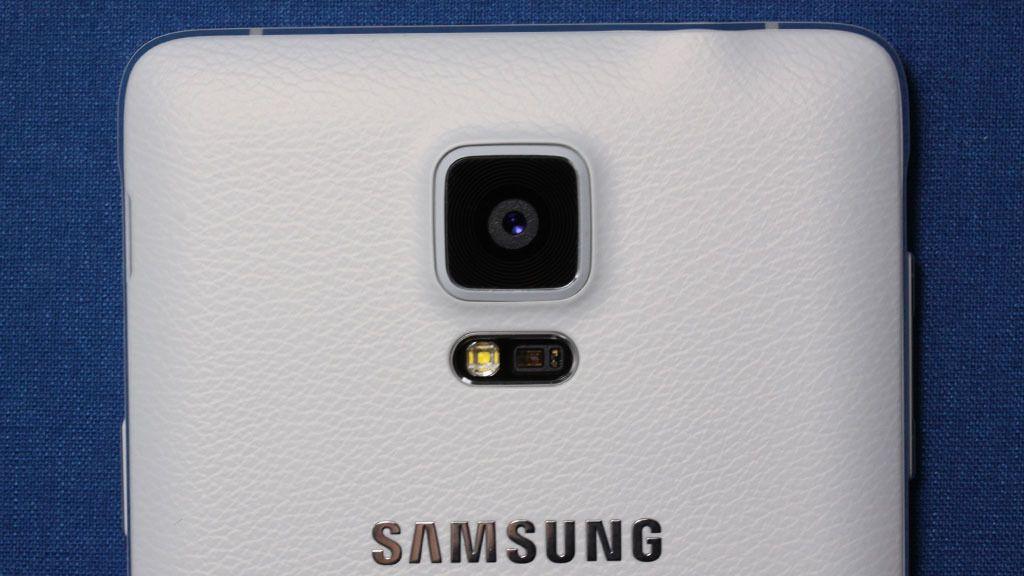 Designdetaljer som viser kamera, sensorer og logo på baksiden av Galaxy Note 4.Foto: Espen Irwing Swang, Amobil.no