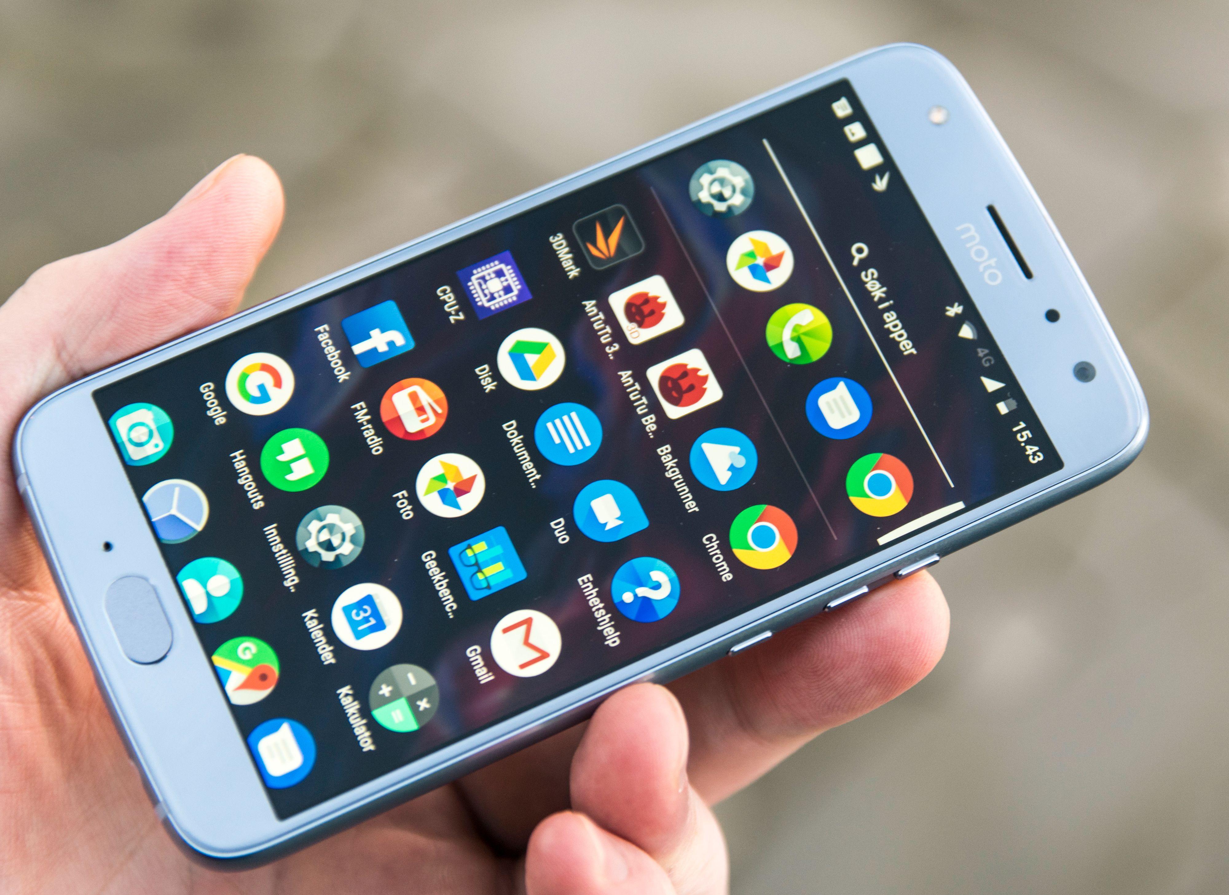 Med Outlook og LinkedIn forhåndsinstallert er det litt mer skrot i menyene her enn det pleier å være på Moto-mobiler. Forhåpentligvis blir det ikke enda verre i neste generasjon. Renhet, enkelhet og hastighet er blant de viktigste grunnene til at Motorolaer ofte kan hevde seg.