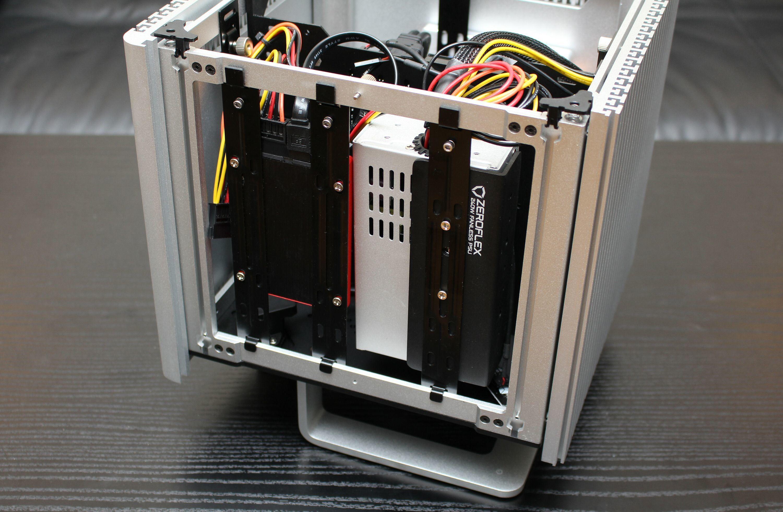 I brakettene bak hovedkortet har vi her skrudd fast en SSD og strømforsyningen Streacom ZF240.
