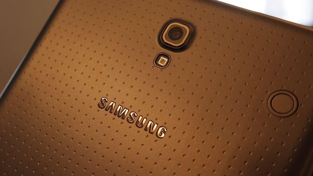 Baksiden av brettet er ikke ulik baksiden på Galaxy S5, men avstanden mellom de små gropene er større.Foto: Espen Irwing Swang, Amobil.no