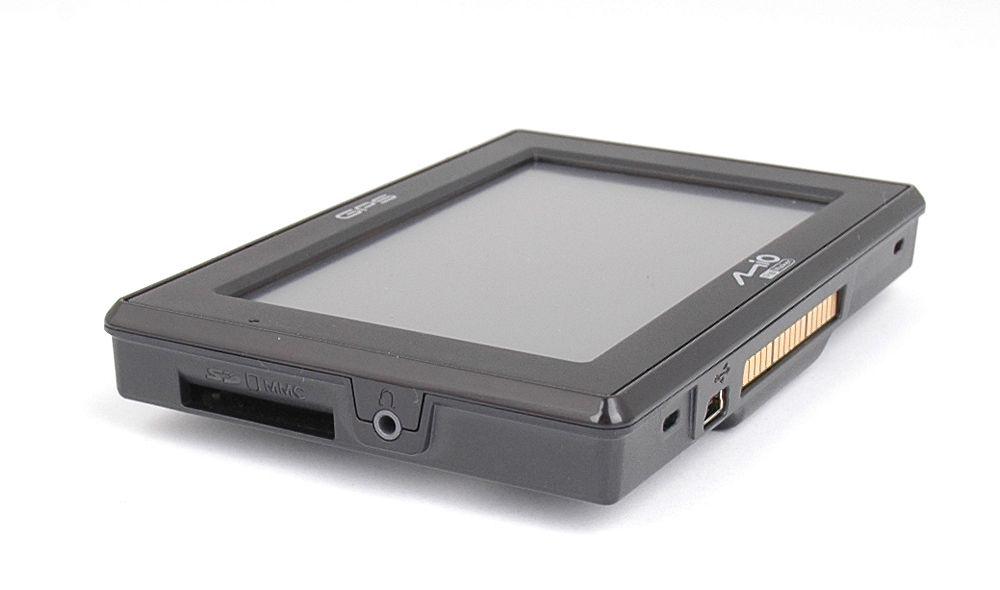 SD-minnekort kan settes inn på siden. Under sitter en egen kontakt for bilholderen.
