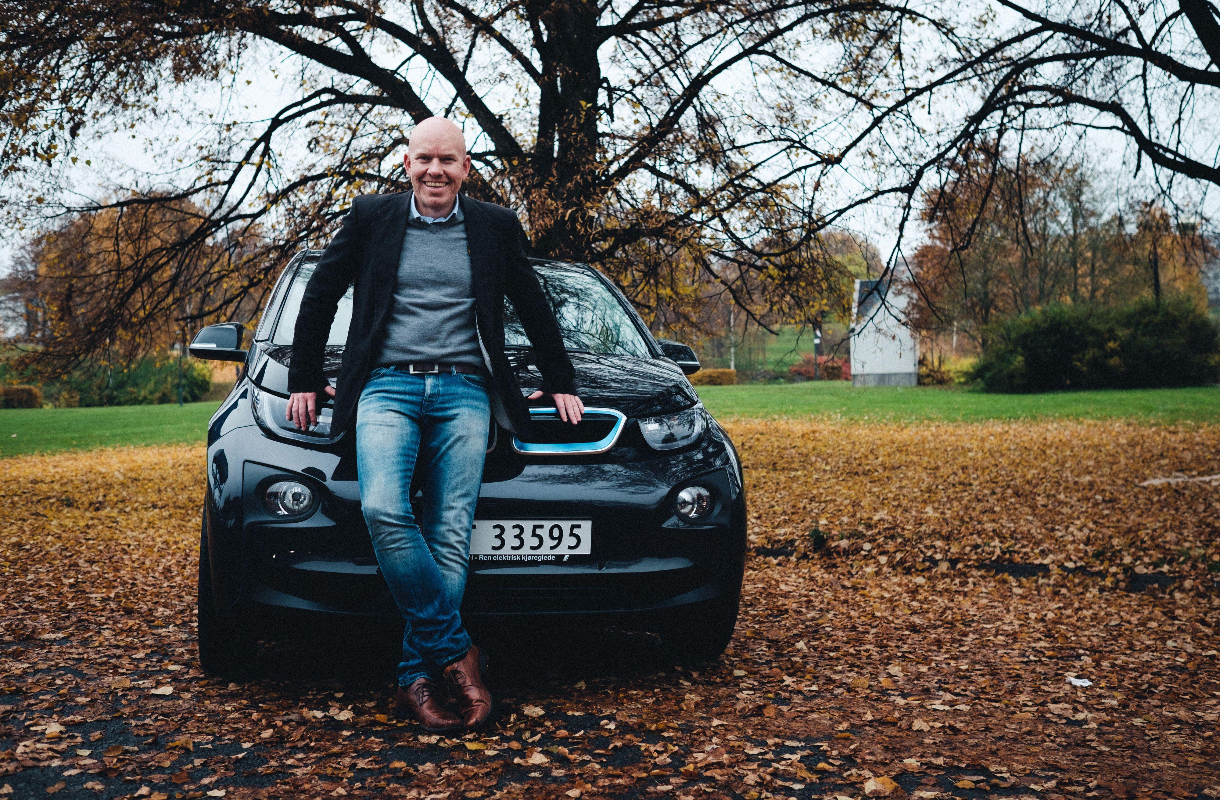 Ståle Frydenlund. kommunikasjonsrådgiver og biltester i Norsk elbilforening, sier den første versjonen av autopiloten fungerer godt så lenge du er på godt oppmerket vei.
