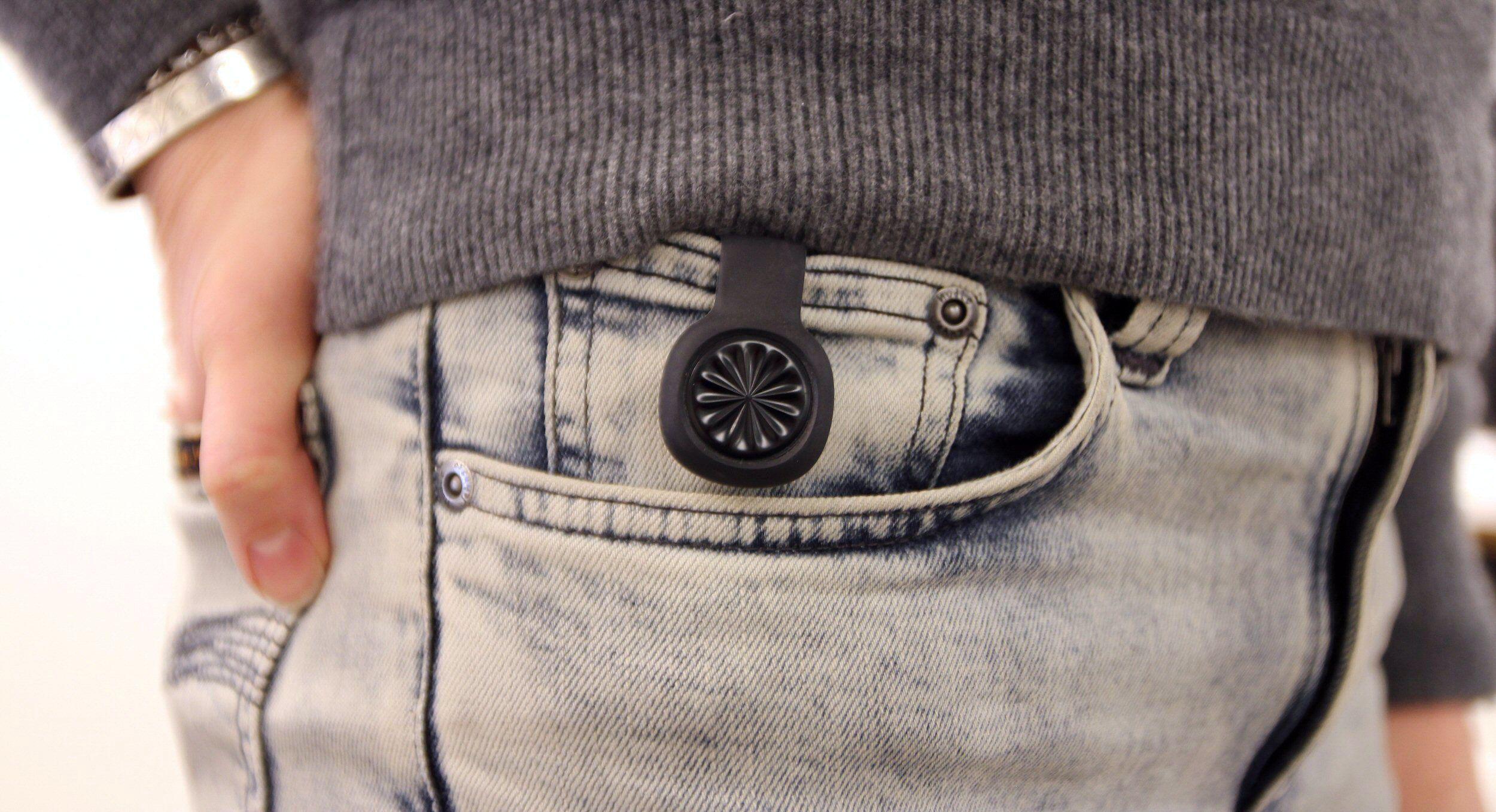Jawbone UP Move kan eksempelvis festes i en bukselomme. Foto: Vegar Jansen, Tek.no