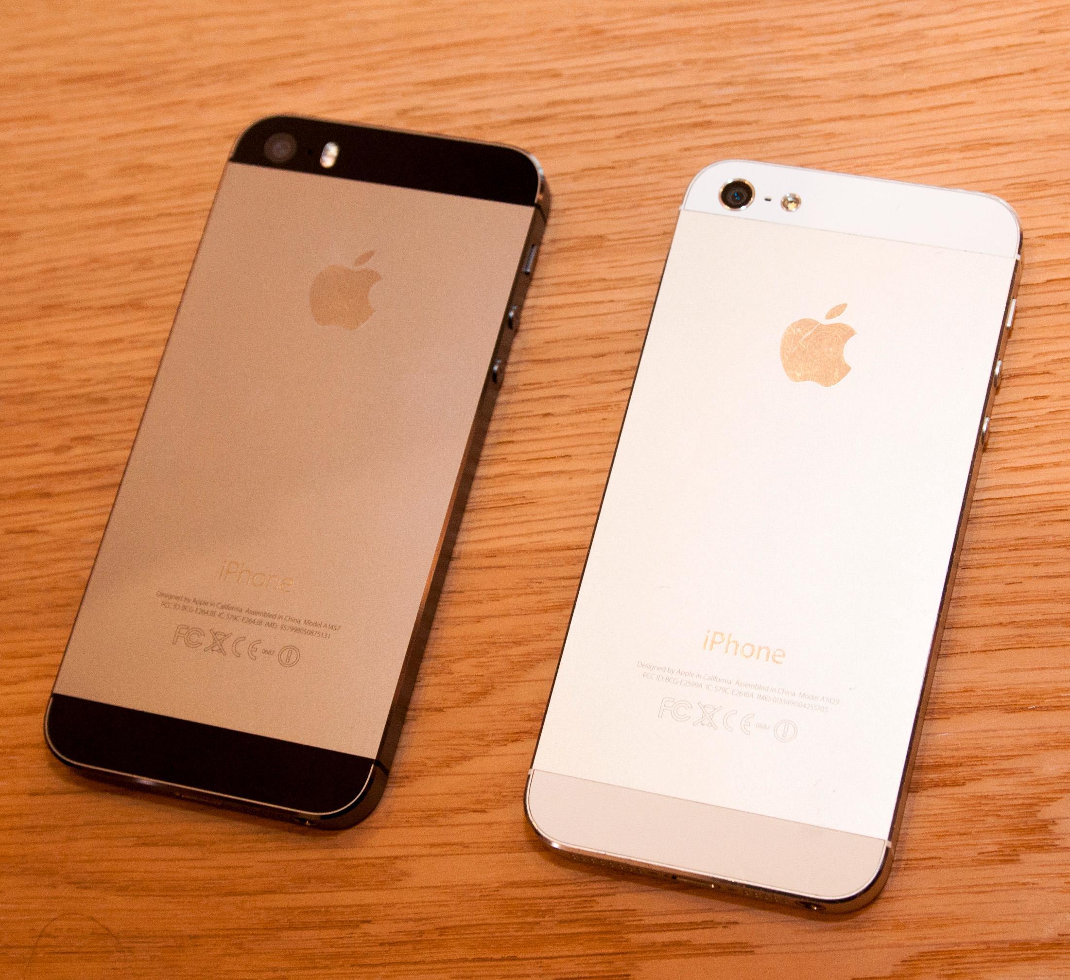Vi fikk aller nådigst lov til å ta et bilde av iPhone 5S ved siden av fjorårets iPhone 5. Det var ikke tillatt å sammenlikne den direkte mot andre telefoner.Foto: Finn Jarle Kvalheim, Amobil.no