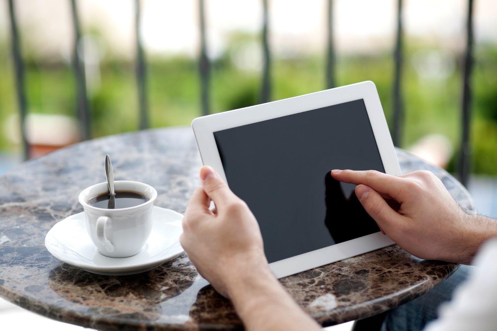 Stadig flere bruker nettbrett eller mobil til det vi tidligere ville brukt PC-en til.  Foto: iStockphoto / 19199807