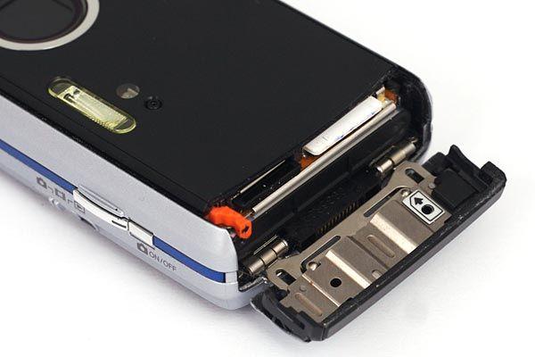 For å ta ut batteri, SIM-kort og minnekort åpner du en luke i bunnen av telefonen.