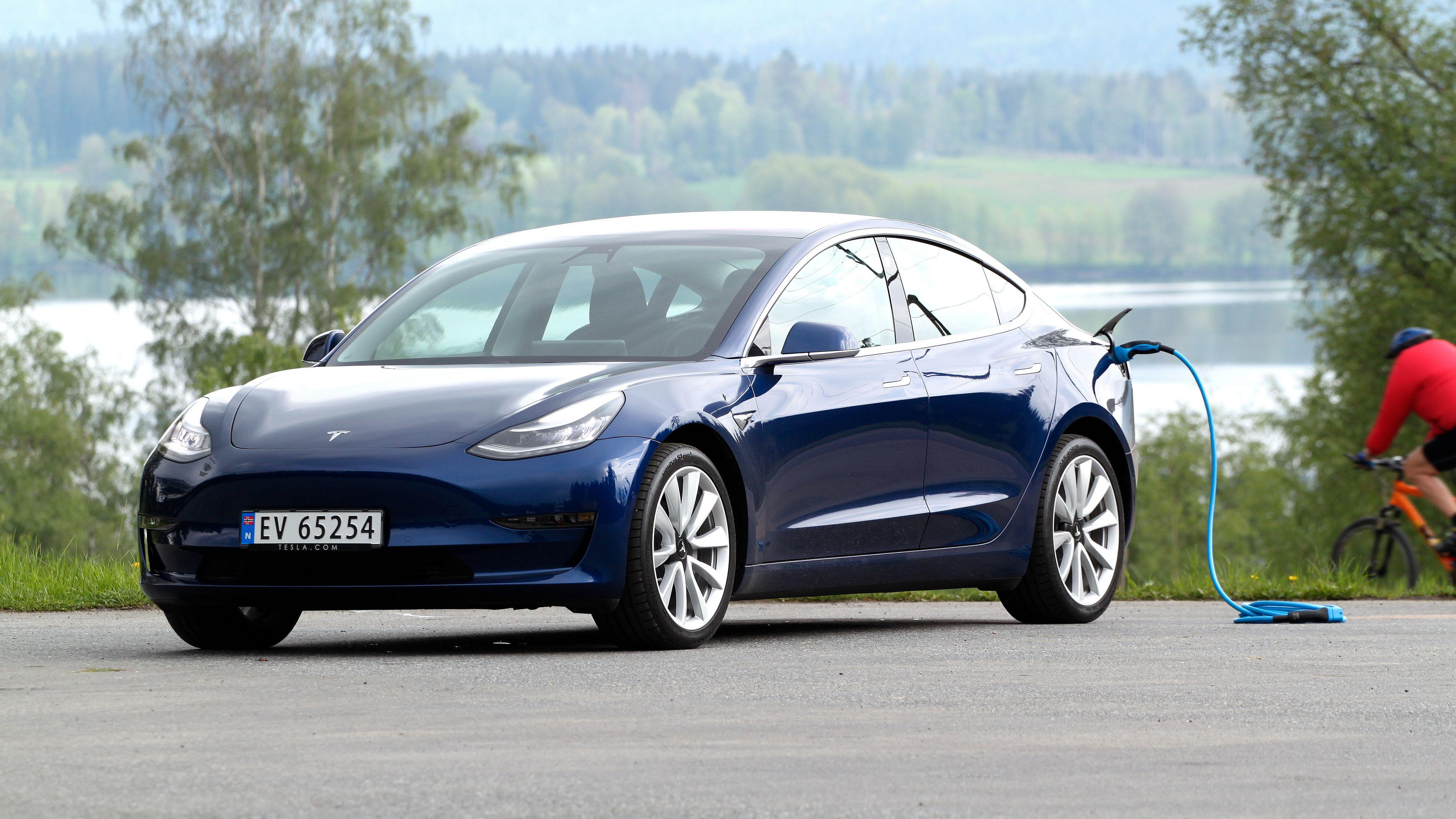 Tesla Model 3 får varmepumpe og nye hjul, blant annet. Det øker rekkevidden. Prisen settes også ned.