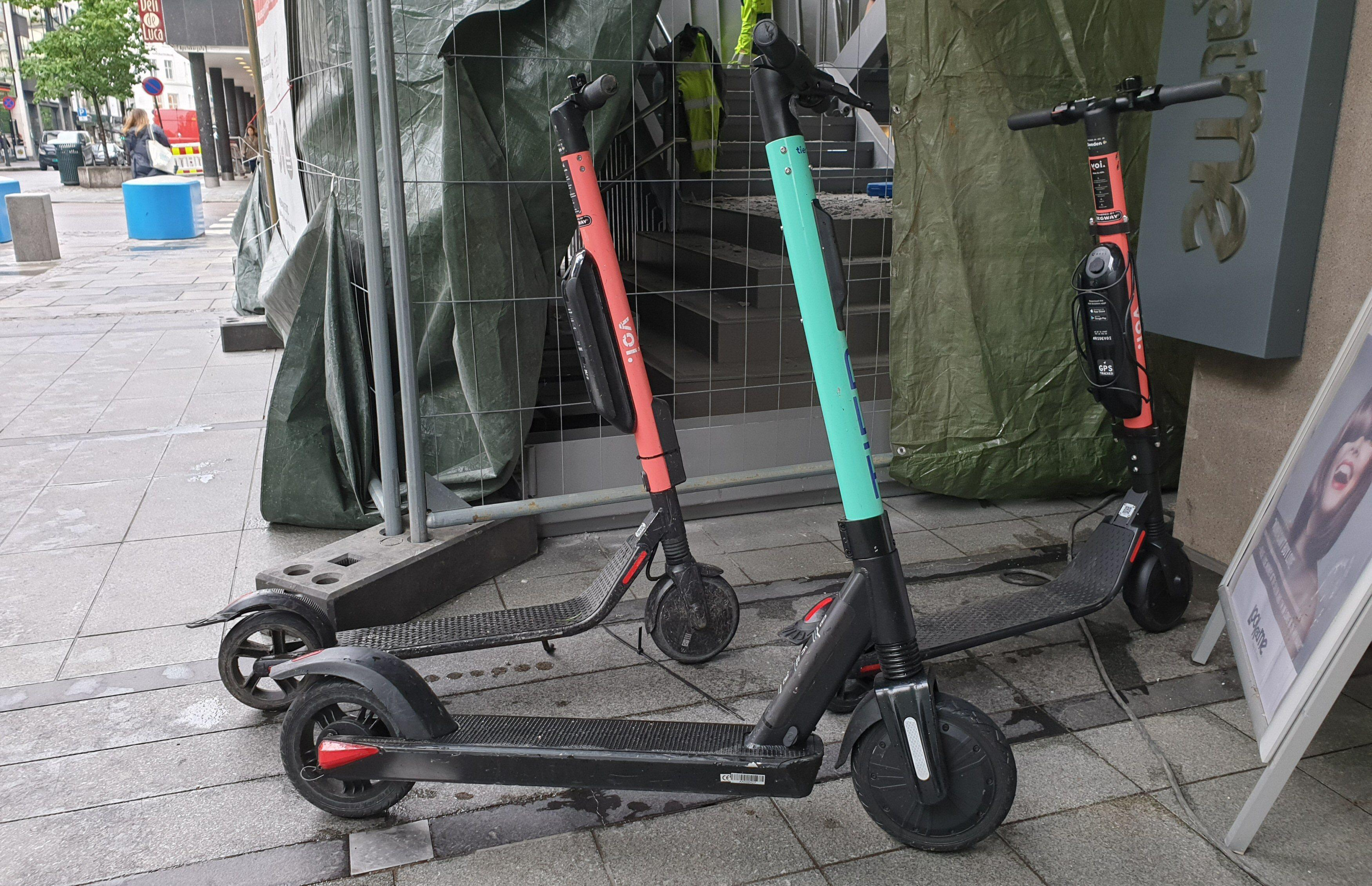 Opprinnelig satset Voi og Tier på den samme modellen. Her ser vi den nye Tier-sykkelen sammen med et par «gamle» elsparkesykler fra Voi.