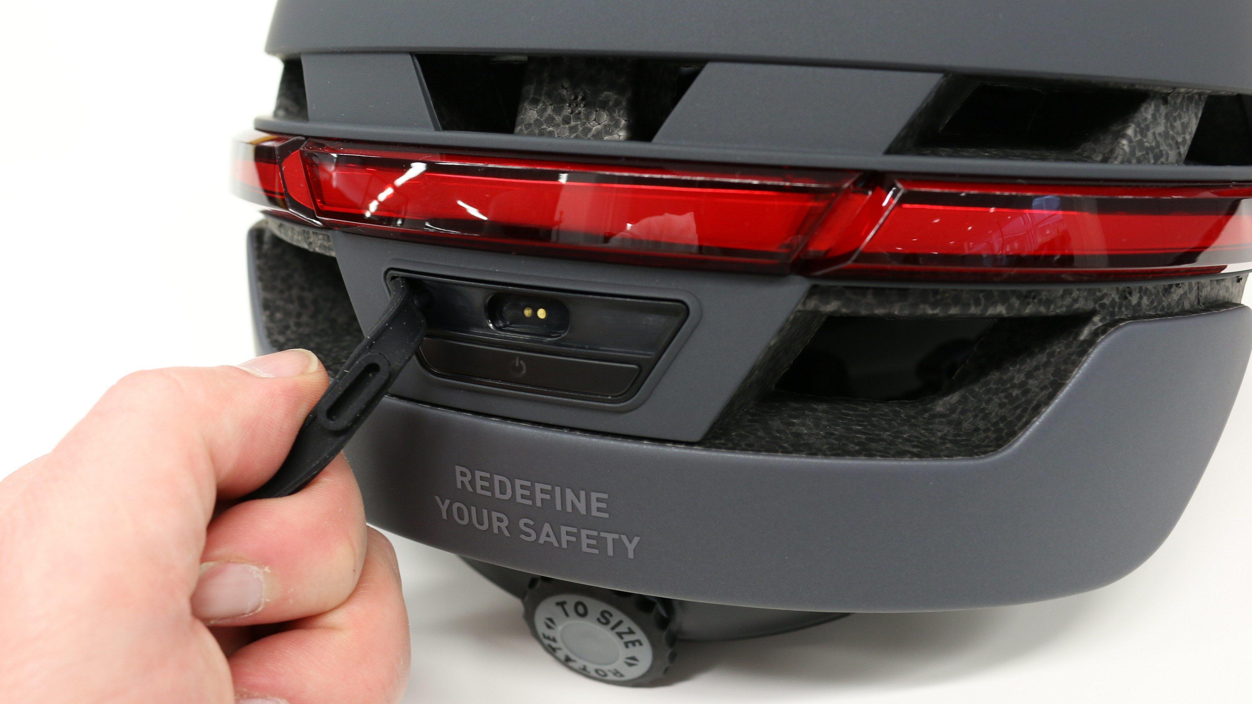 Hjelmen lades over USB, men kontakten er proprietær.