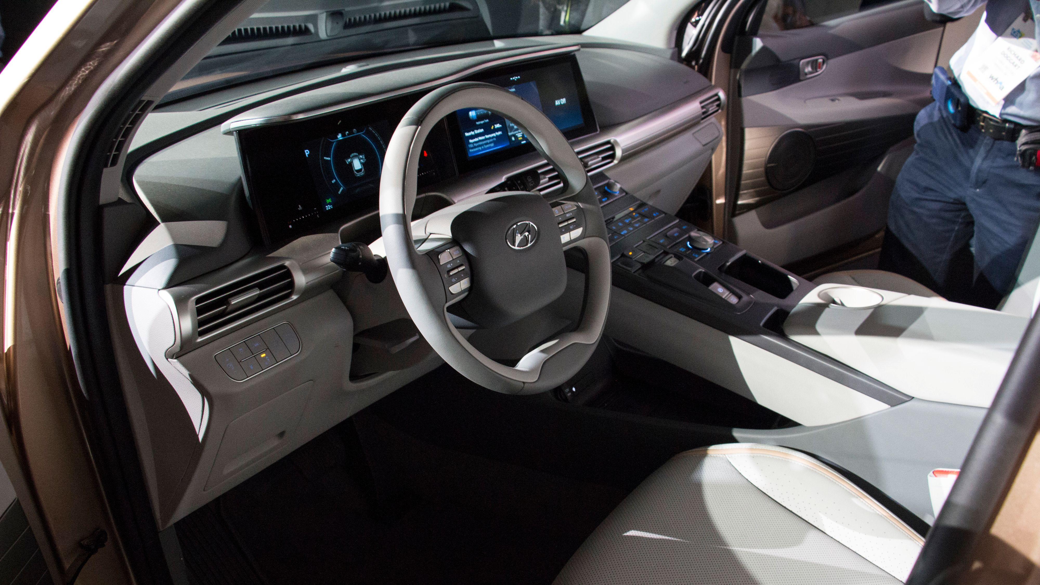 I førermiljøet er det brukt miljøvennlige materialer i stor grad. Bilen har også blant annet blindsonekamera, den har cruisekontroll med filholder på motorveien og kan parkere seg selv. Bilde: Stein Jarle Olsen, Tek.no