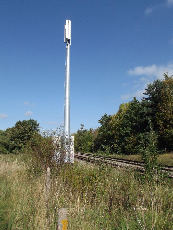 Jernbanenettet har sitt eget telefonnett, GSM-R, med egne basestasjoner langs toglinjene. Bildet er fra Storbritannia.Foto: , CC-ShareAlike