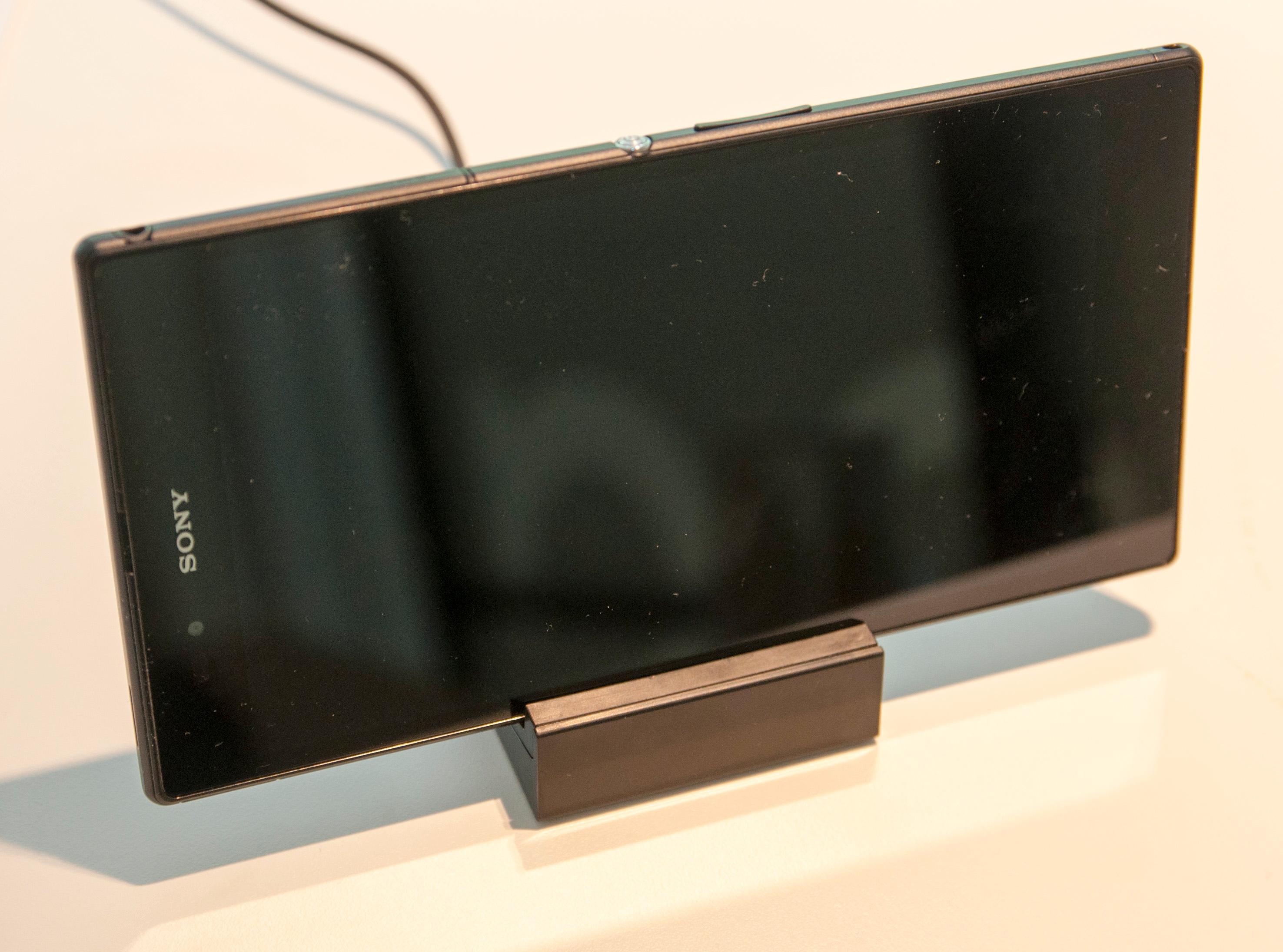 Luken over USB-kontakten er ikke så i veien som man skulle tro – det følger nemlig med en magnetisk ladekrybbe som du kan sette telefonen i. Denne ladekrybben har utskiftbare sokler, slik at den skal kunne brukes på nyere Xperia-modeller. Den vil imidlertid ikke fungere med Xperia Z og Xperia Tablet Z. Foto: Finn Jarle Kvalheim, Amobil.no
