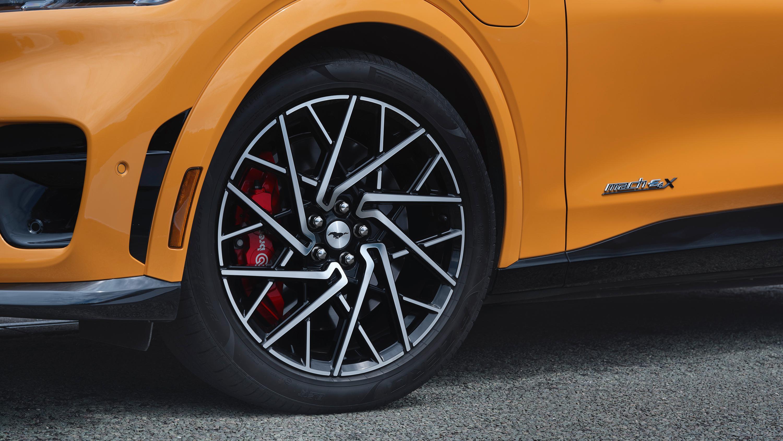 Egne sommerdekk fra Pirelli skal være spesielt tilpasset de ekstra kreftene i Mach-E GT. Bremsene er også ekstra store.