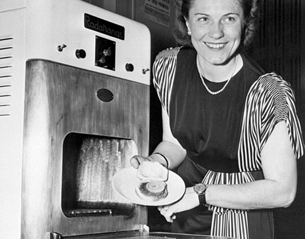 I 1947 begynte Percy Spencer å selge mikrobølgeovner under navnet Radarange. Ideen kom fra jobben hans i det amerikanske militæret.