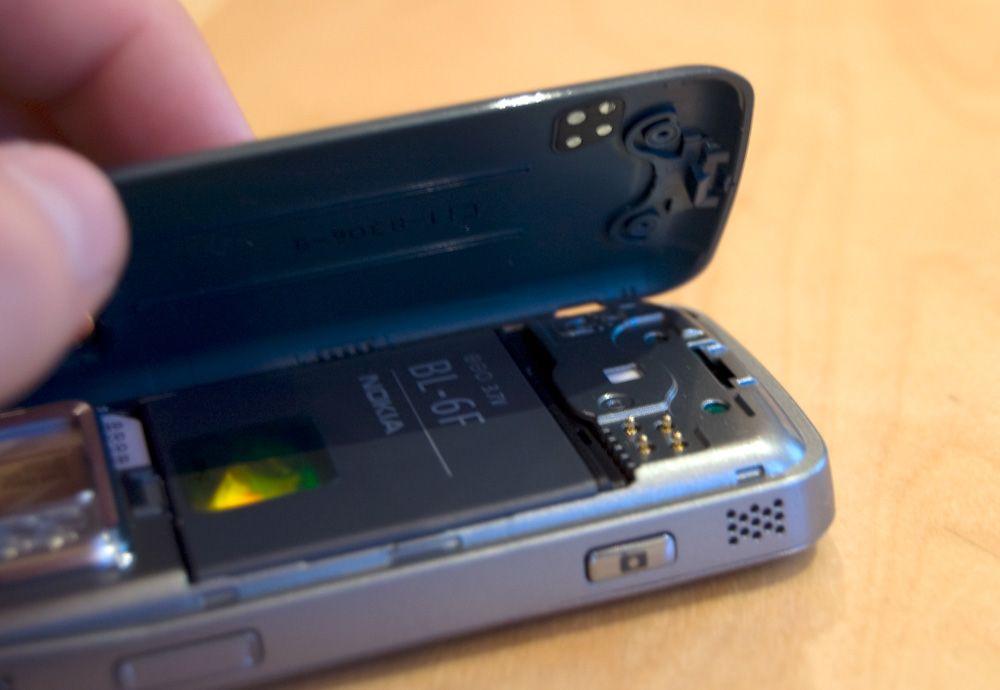 Fire kontaktpunkter til dekselet gjør at telefonen detekterer hvilket deksel du bruker, og tilpasser menyfargen automatisk.