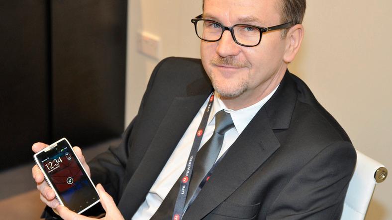 Motorolas Europa-sjef Ralph Gerbershagen viser frem Motorola Razr.