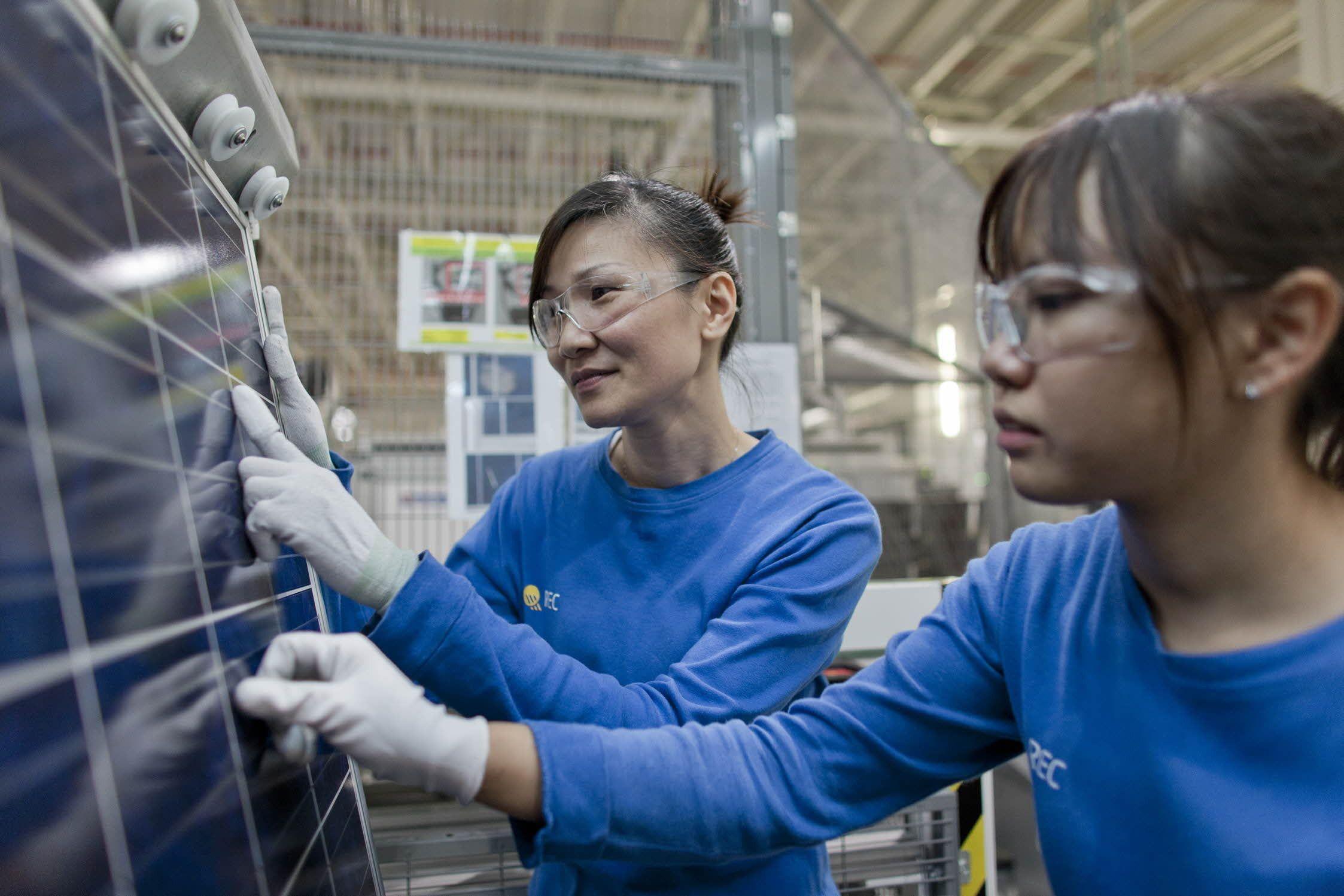 Renere silisium kan gi bedre virkningsgrad for solcellepaneler. Fra RECs solcellefabrikk i Singapore. Foto: REC