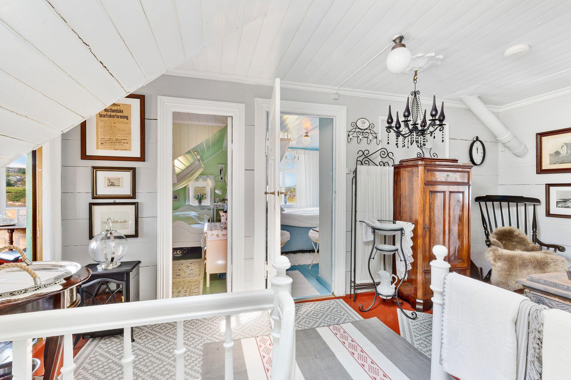SJEL: De originale detaljene fra da huset var nytt går igjen i alle rom, slik at boligen har en gjennomgående ærverdig stil.
