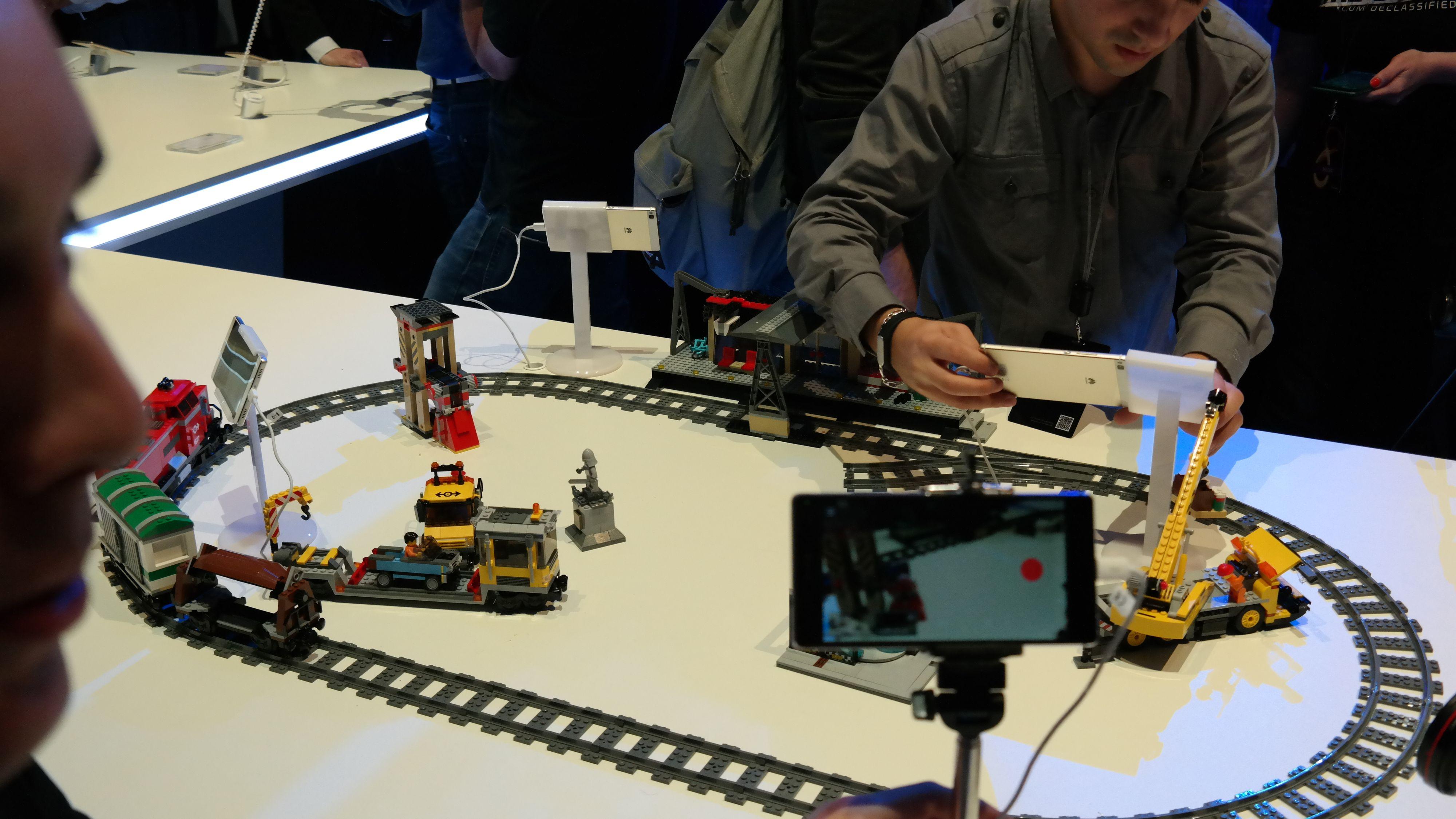 Du kan lage firekameraproduksjon ved å koble sammen flere telefoner og la en av dem være regiverktøyet. Foto: Espen Irwing Swang, Tek.no