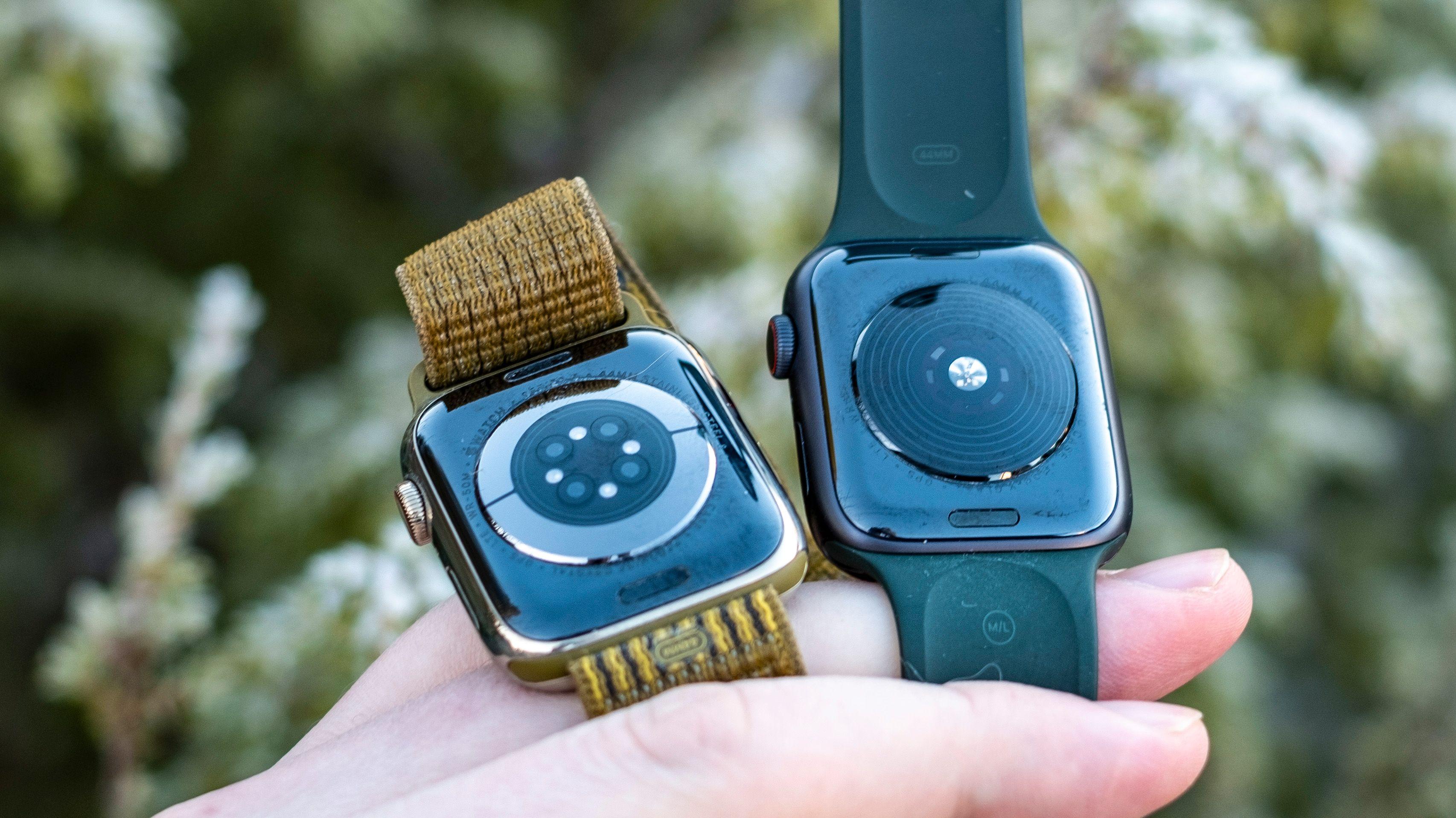 Pulssensoren i Watch SE er langt enklere enn den i series 6. På klokken til venstre ser du metalldelene som brukes for EKG-funksjonen og de ekstra sensorene som brukes til å måle oksygenmetning i blodet. Men disse sensorene er ikke så nøyaktige at du bør betale veldig mye ekstra bare for dem.