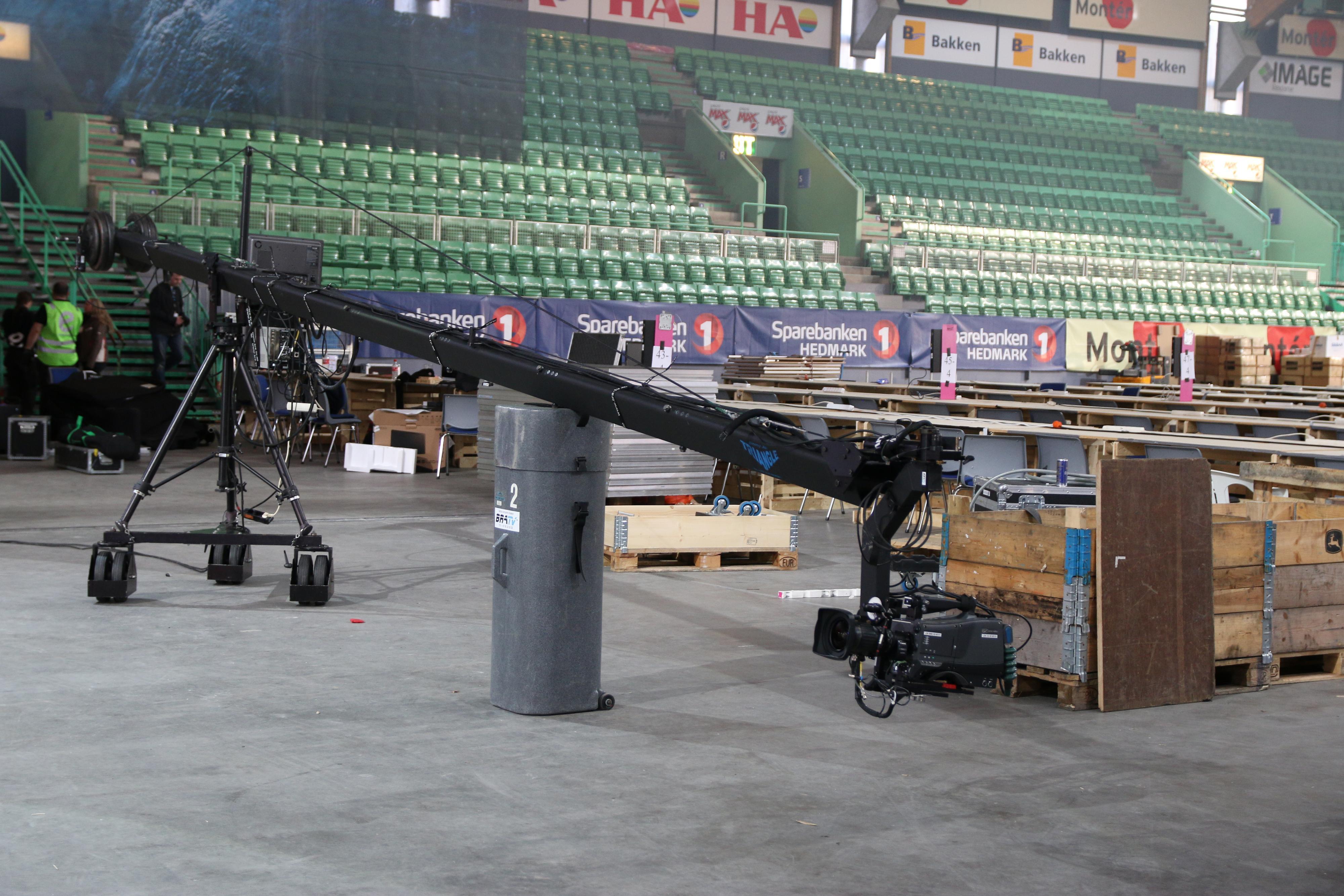 En kran står klar til kveldens første sending. .Foto: Ole Henrik Johansen / Hardware.no