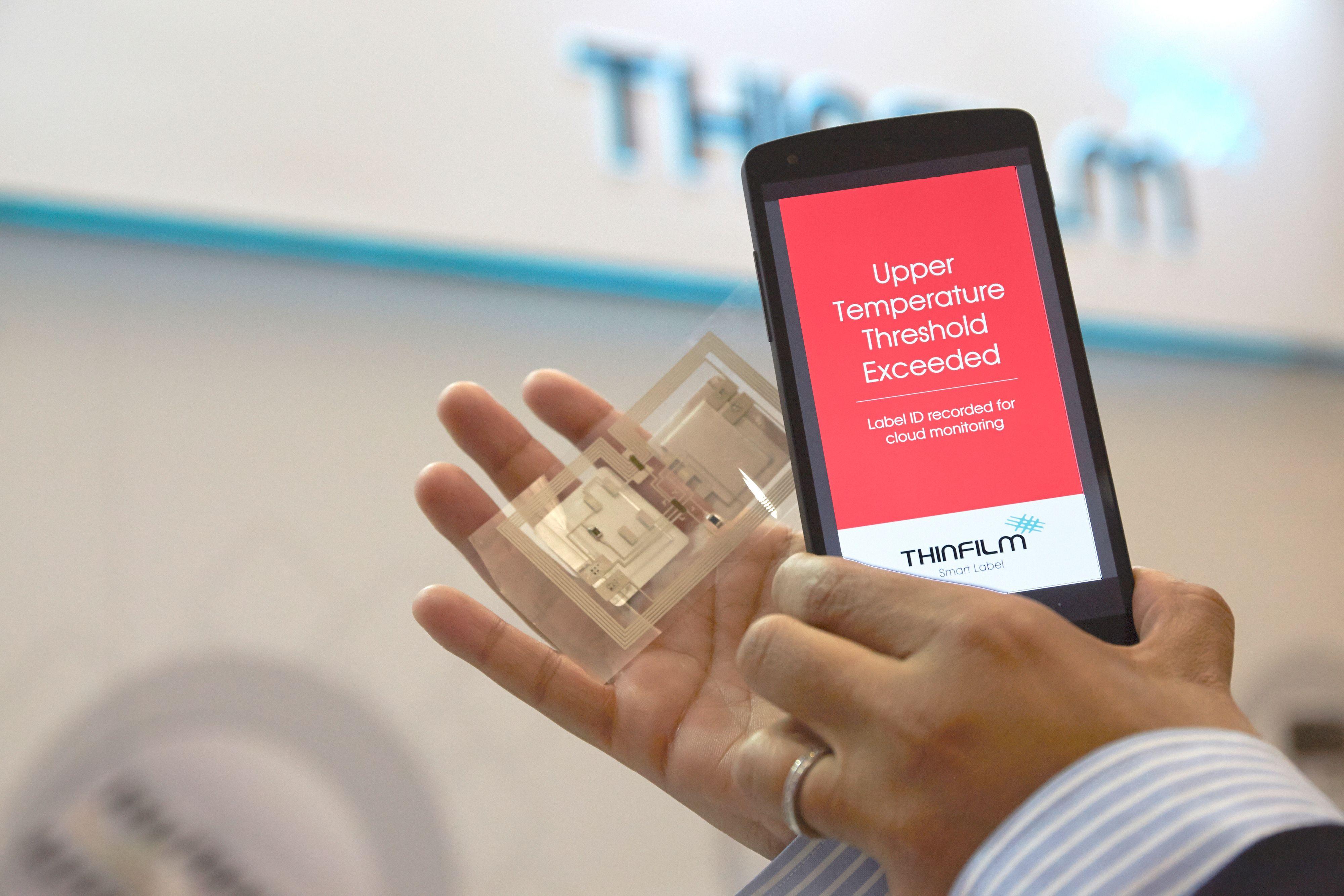 Skanning av et elektronisk merke ved hjelp av NFC.Foto: Thinfilm