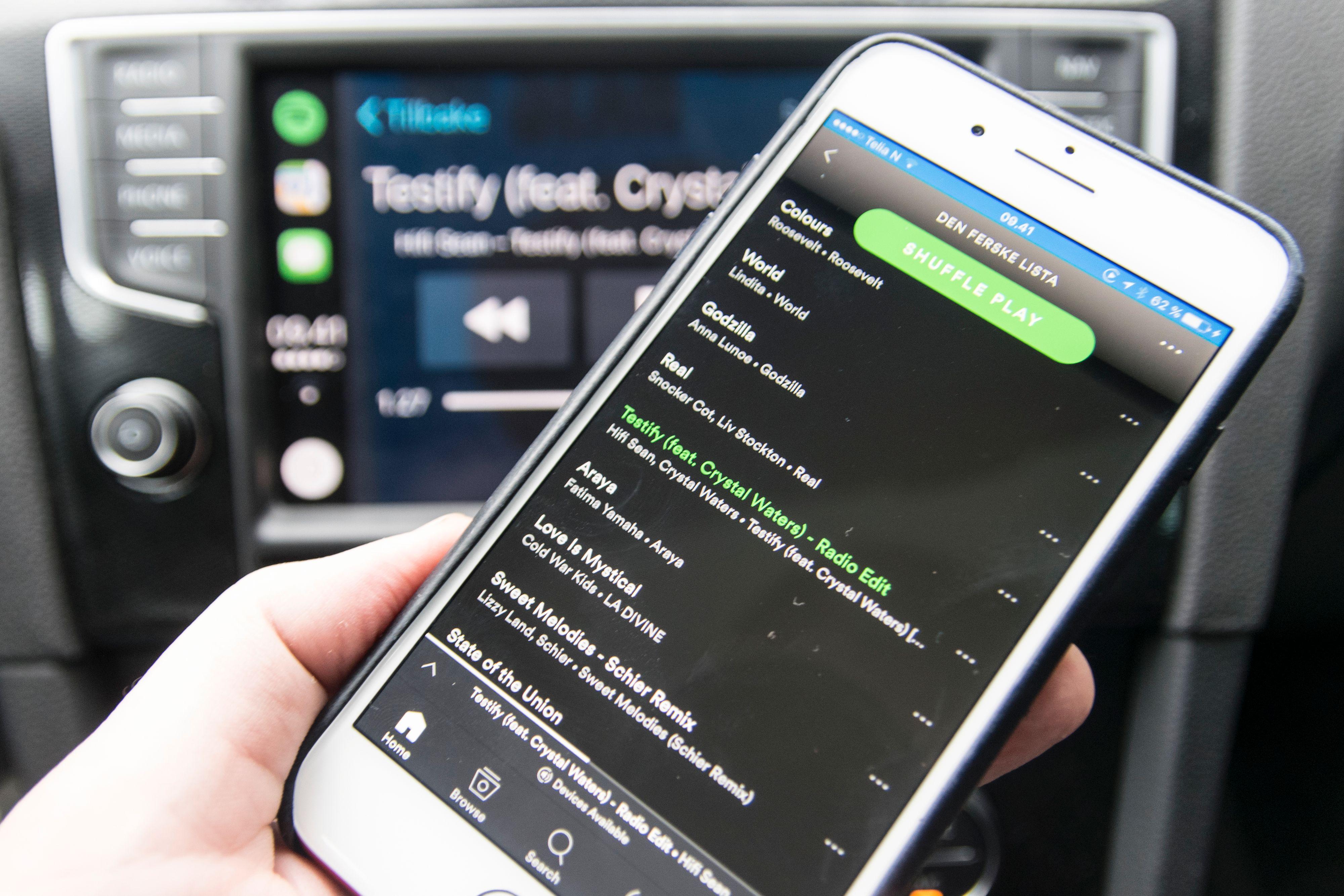 Ved siden av Siri er den aller største fordelen med Apple CarPlay at man gis litt frihet i måten man betjener løsningen på. Bilskjermen har ikke menyer som nekter å samarbeide når bilen er i fart, og i tillegg kan man faktisk betjene telefonen mens den er tilkoblet. Det er veldig praktisk når ikke menyene fra appen vises på bilskjermen. Det må naturligvis skje på en trygg og lovlig måte, ved et kjapt stopp eller ved at en passasjer tar over. Men det er mulig. Android Auto deaktiverer hele mobilskjermen når den er tilkoblet, samtidig som funksjonalitet låses fra bilskjermen i fart. Bilde: Finn Jarle Kvalheim, Tek.no