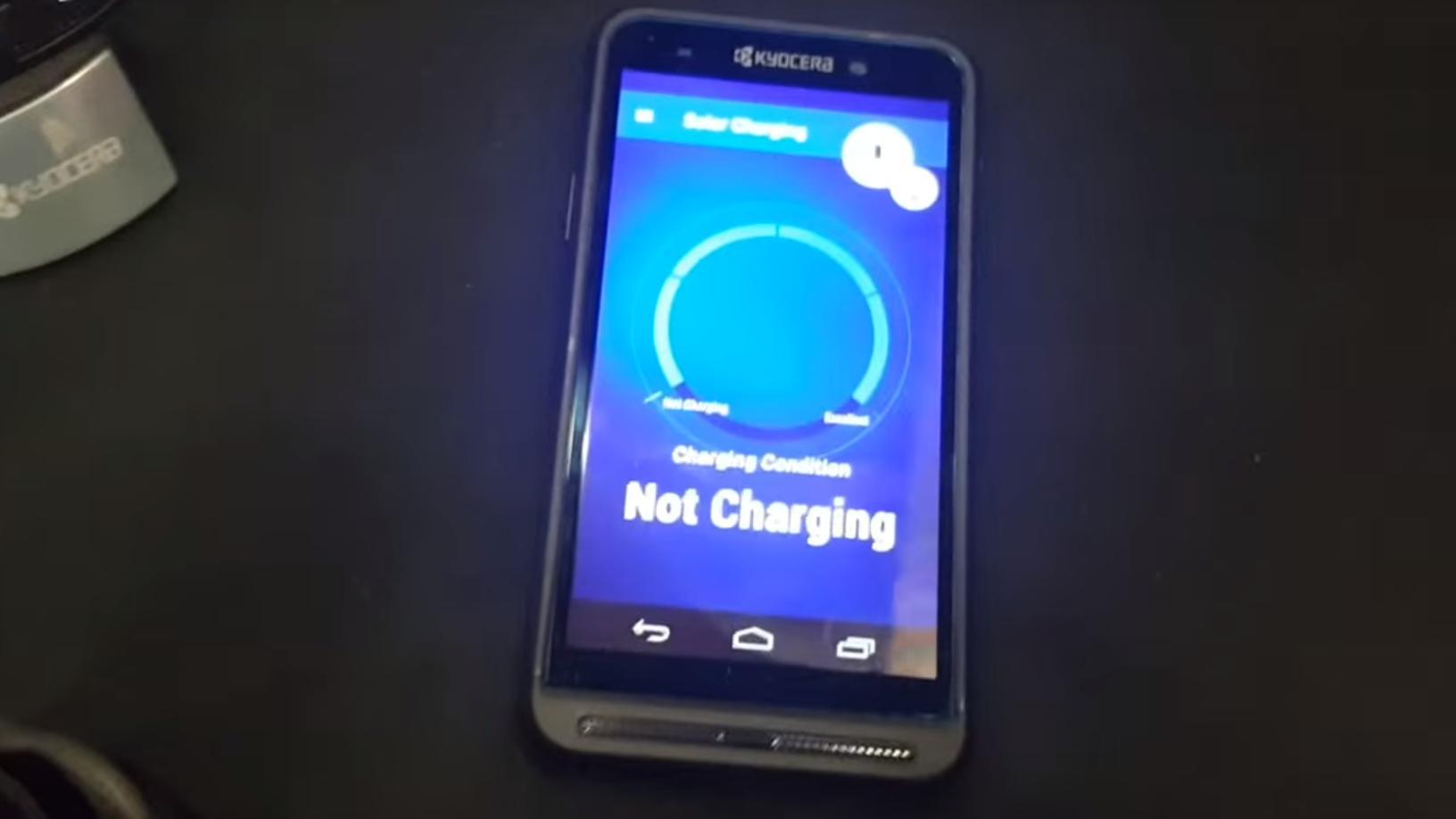 Denne mobiltelefonen lades ved hjelp av sollys