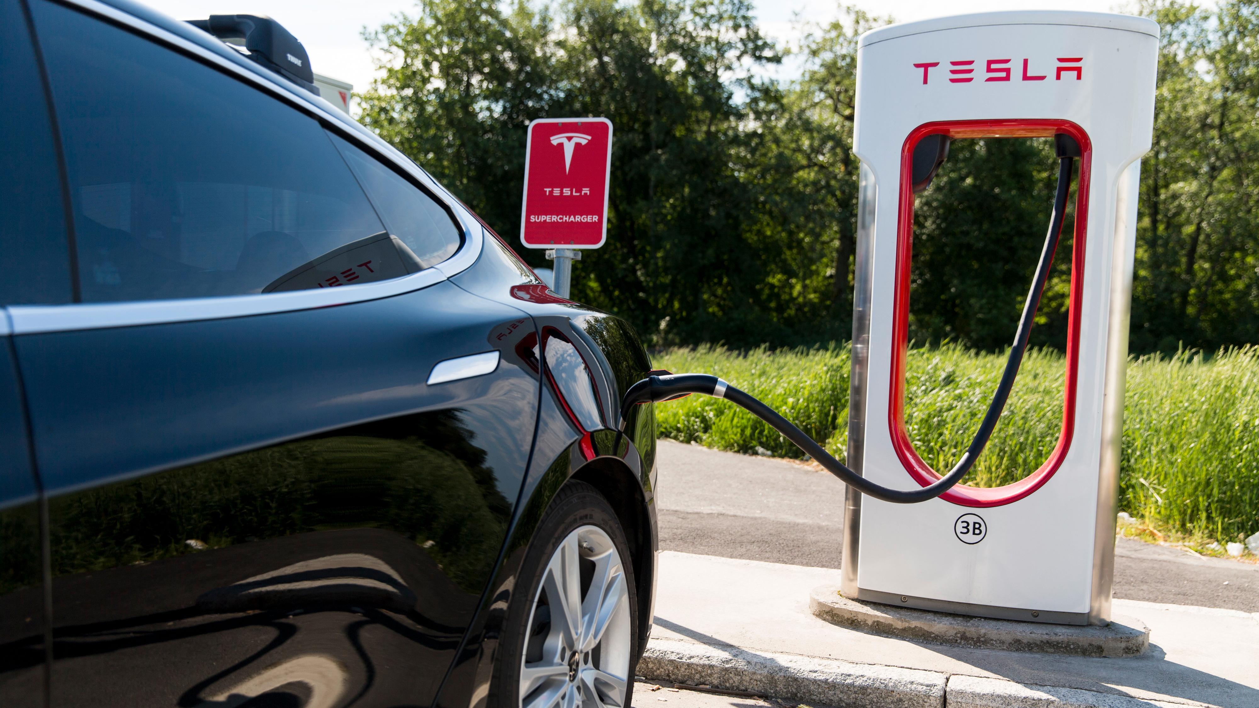 Tesla tester å halvere ladeprisen på dager med lav trafikk