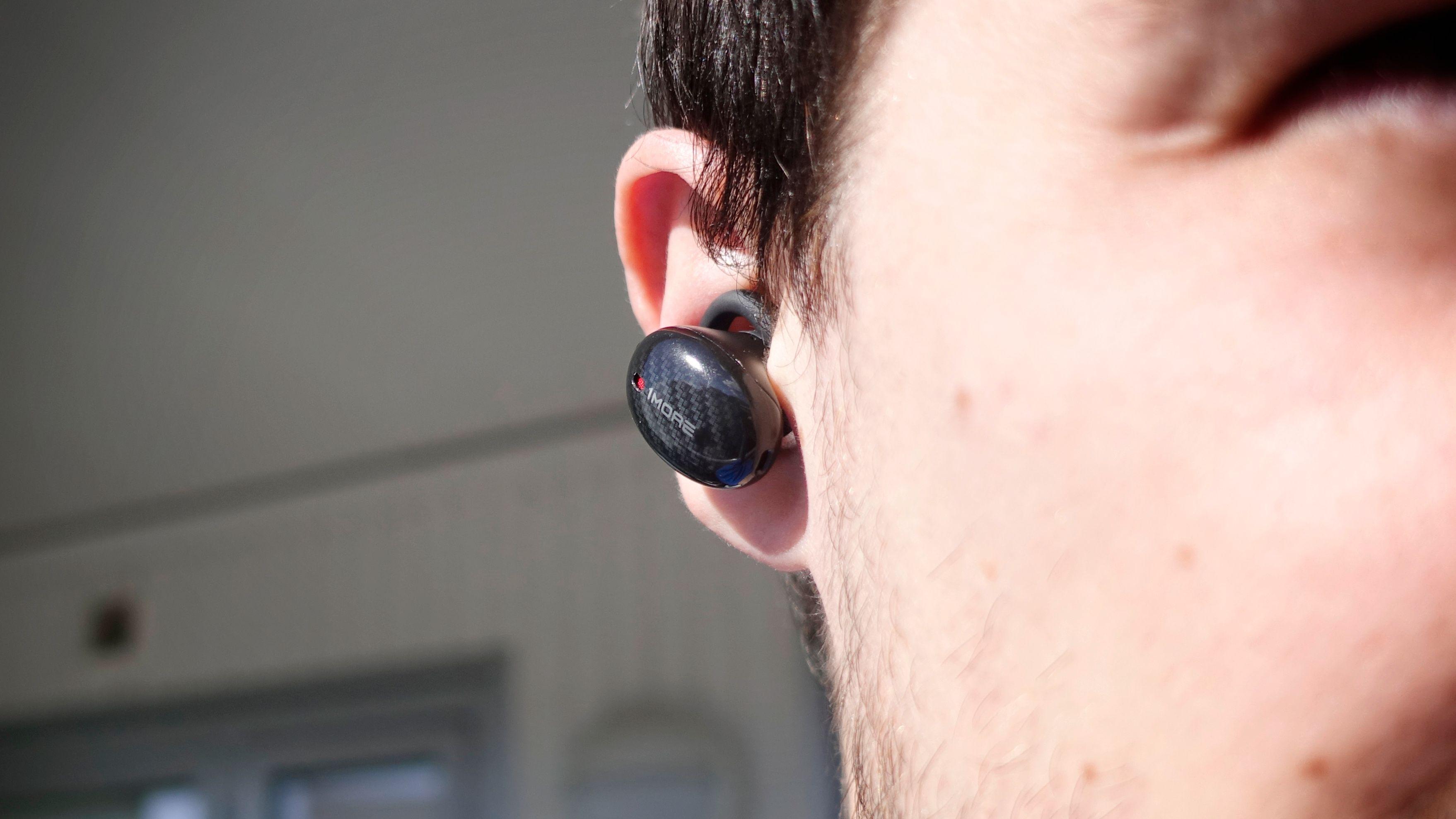 1More bruker vinger til å holde proppene på plass i ørene. Det fungerer greit, men andre lager mer diskré propper.