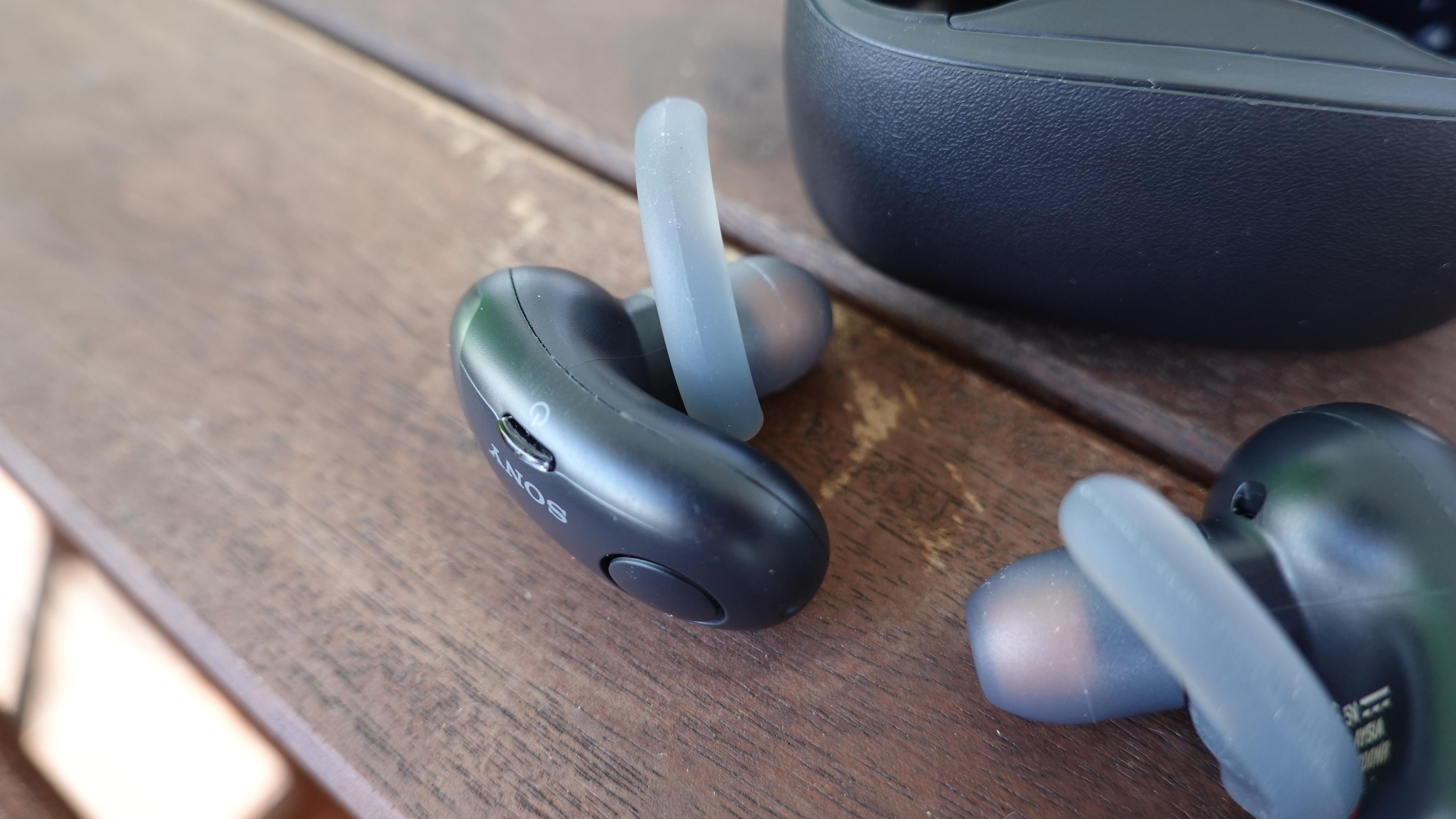 Sony WF-SP700 har noe som ser ut som små knapper på enden, men det er faktisk åpningen for mikrofonen. I stedet har de en bitteliten tast midt på hver plugg.