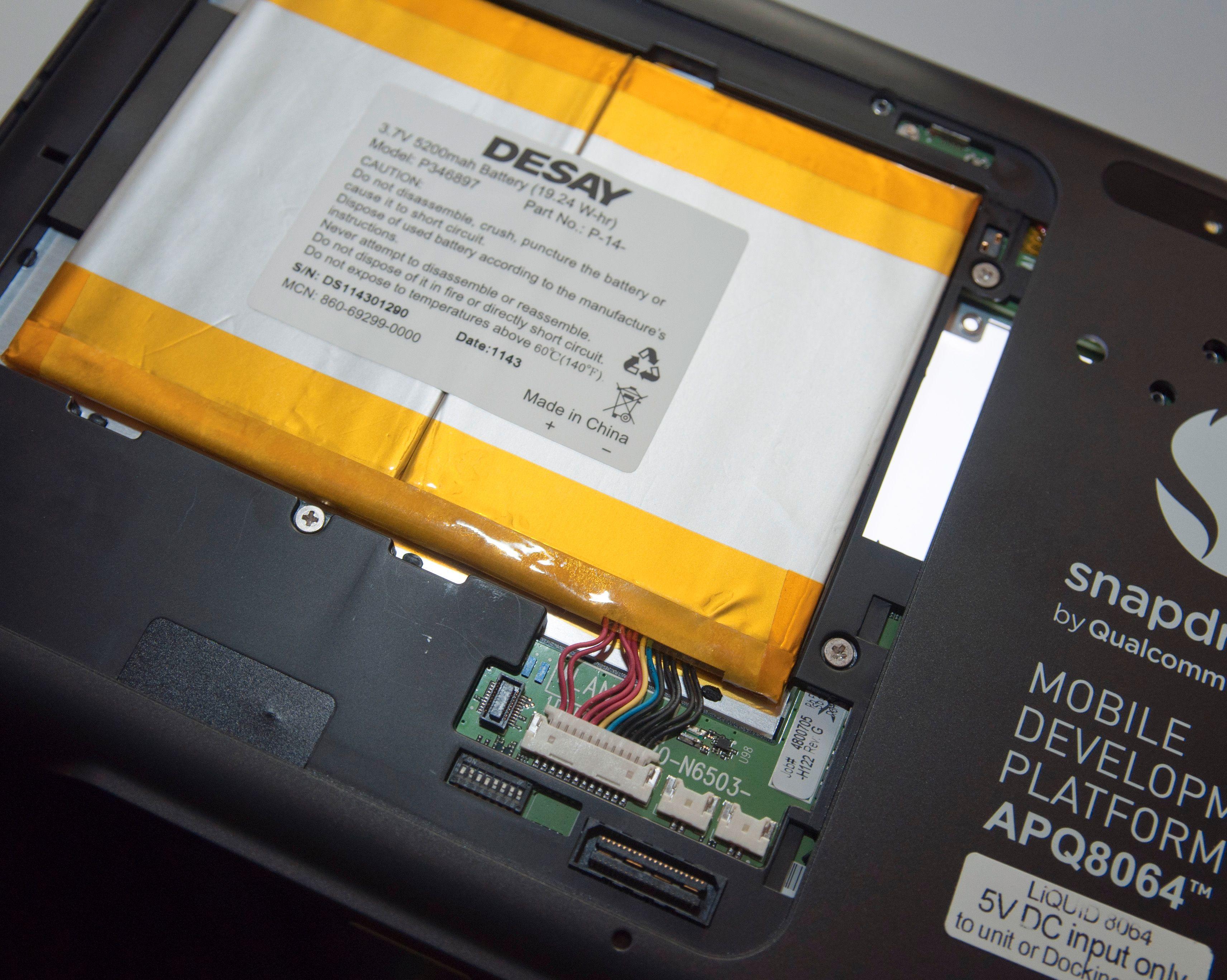 Under luken skjuler det seg et batteri på beskjedne 5200 mAh - og mer av innmaten.