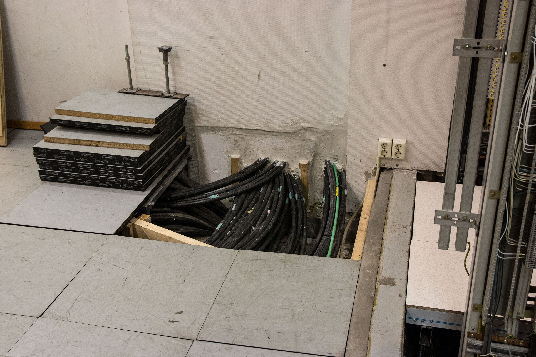 Alle kablene fra sporet kommer inn under gulvhøyden i sikringsanlegget. Foto: Jørgen Elton Nilsen, Hardware.no