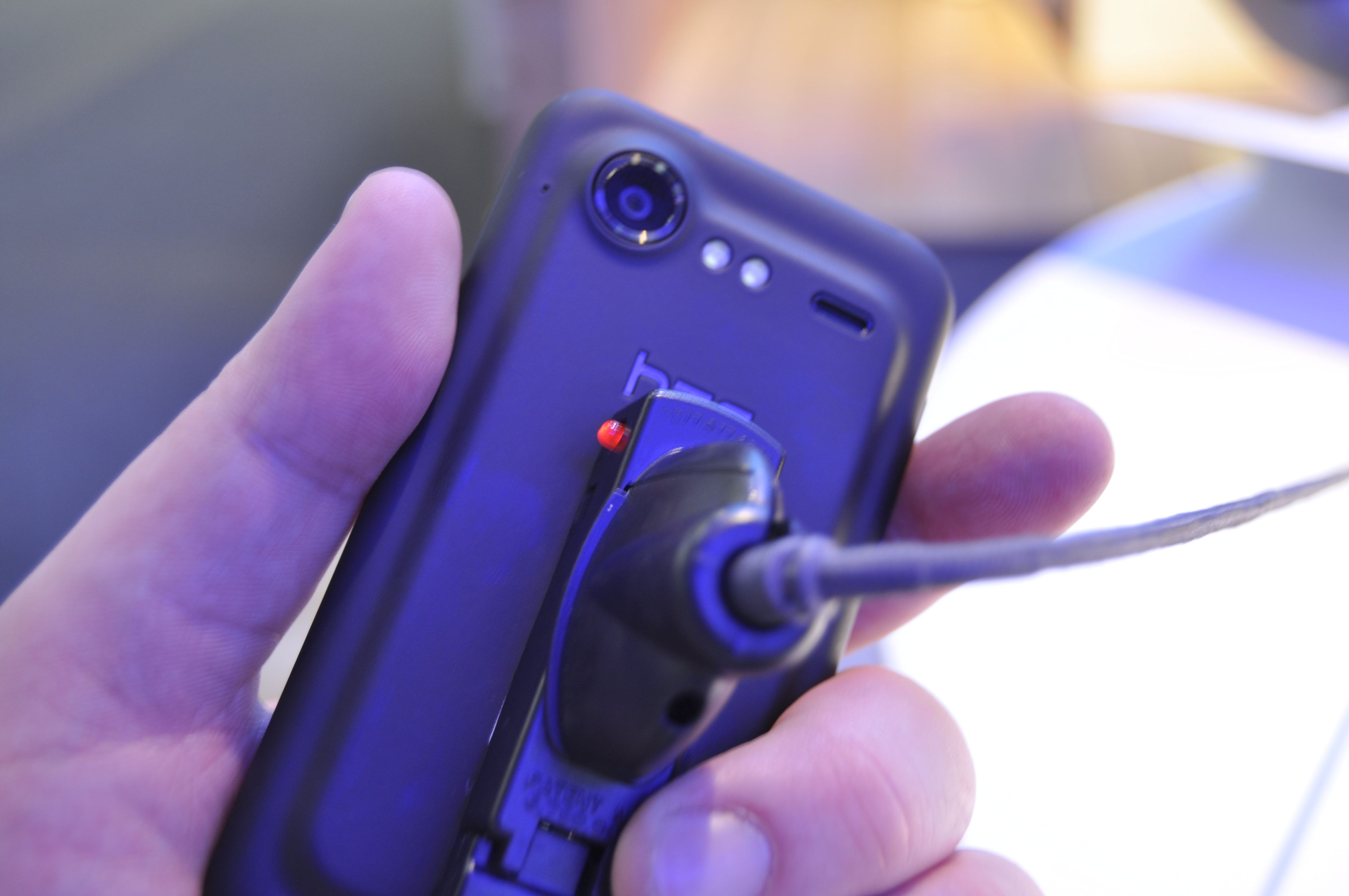 Incredible S har ikke HTCs unibody-konstruksjon. I stedet har den et spesielt designet bakdeksel i plast.