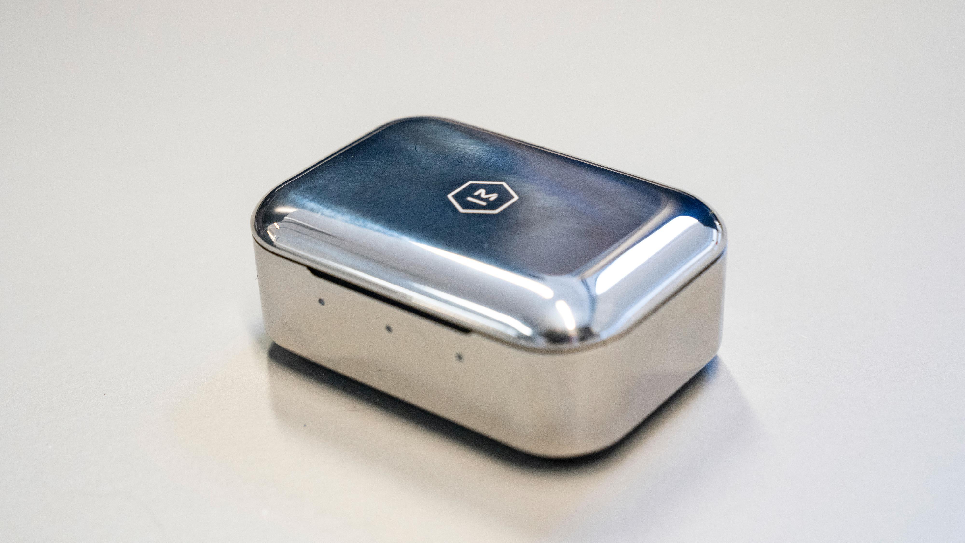 Etuiet i rustfritt stål gir en viss premiumfølelse, men er svært utsatt for både fingermerker og riper.
