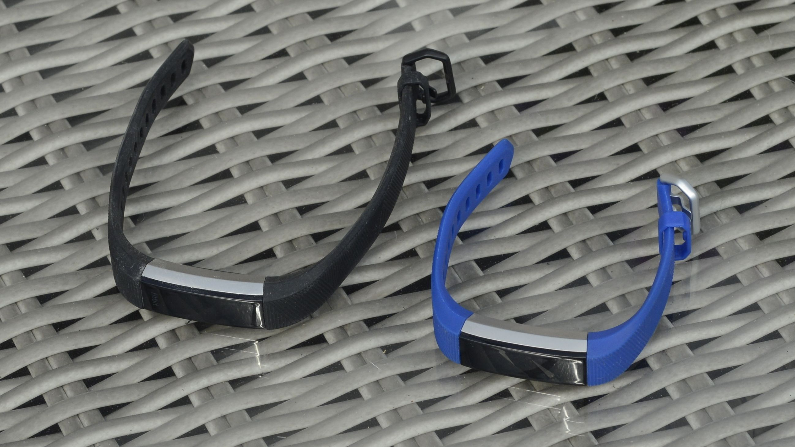 Her ser du Fitbit Alta HR til venstre og den nye Ace-modellen til høyre.
