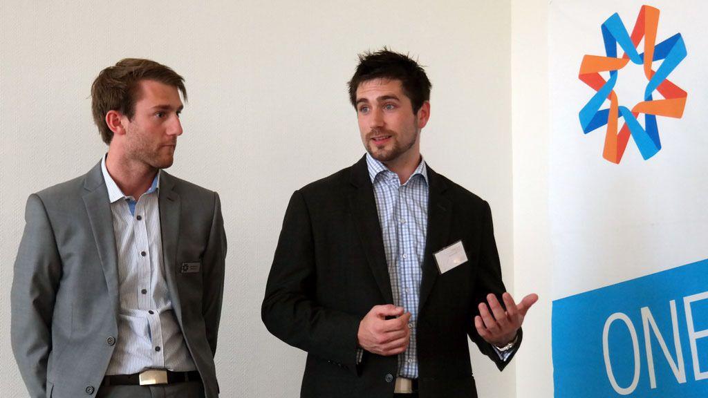 Sebastian Sandtorv og Thomas Normann i MeaWallet demonstrerte hvordan du kan få den tredje bleiepakken gratis ved hjelp av fordelskortet lagret i den mobile lommeboken.