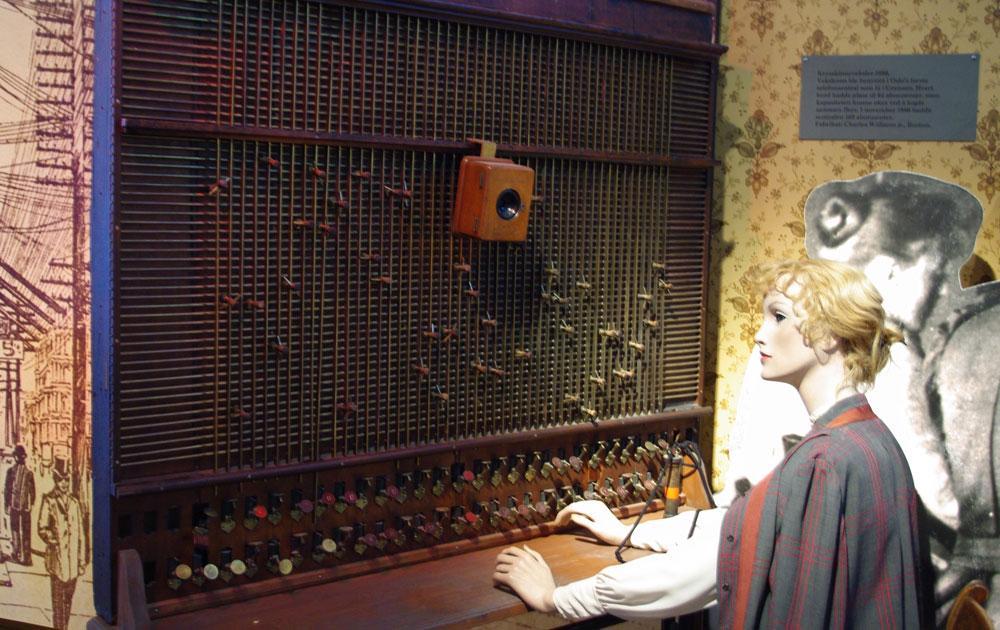 I større byer var telefonsentralene også større, og i en storby som Christiania kunne det være mange ansatte telefonistinner.