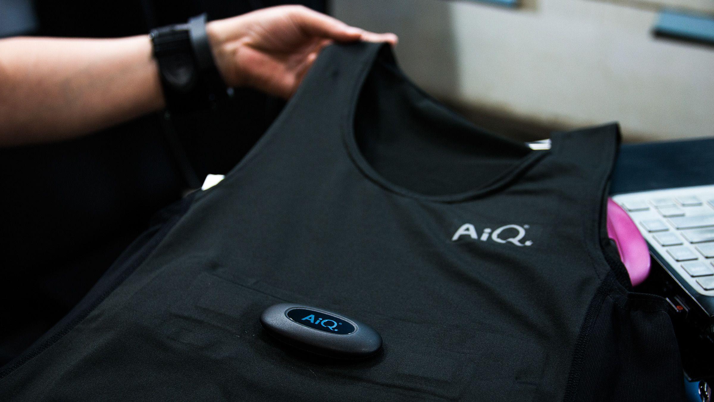 Den smarte skjorten fungerer som en hvilken som helst annen sportstrøye, og når sensoren på brystet er tatt av kan den vaskes helt vanlig i maskin. I nyere modeller blir sensoren helt skjult.Foto: Varg Aamo, Hardware.no
