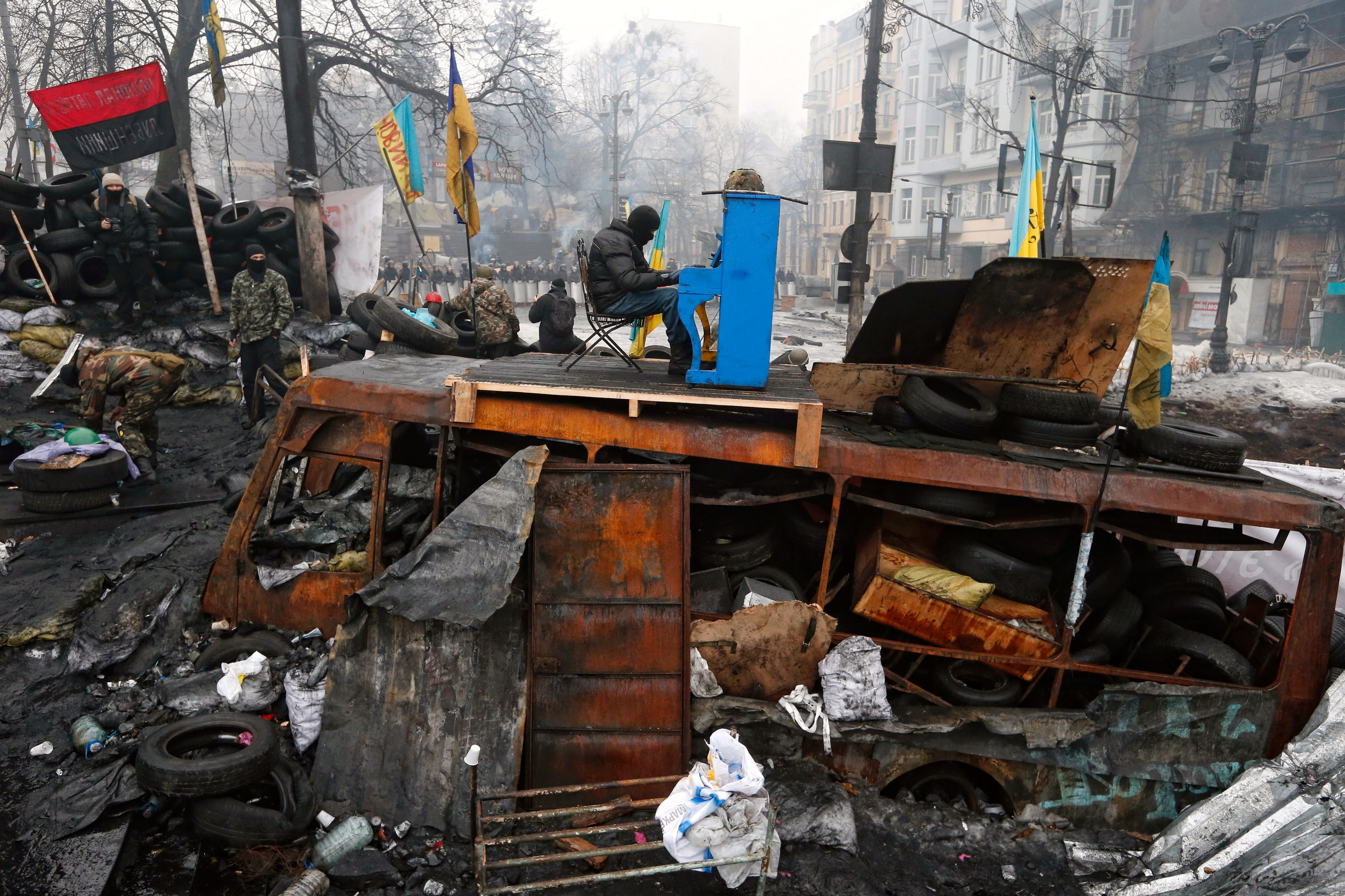 Ukrainian protester plays piano on a barricade in front of the riot police line during the continuing protest in Kiev, Ukraine 10.02.2014. Foto: Vladyslav Musiienko / UNIAN, Ukraine, Shortlist, Current Affairs, Professional Competition, 2015 Sony World Photography Awards