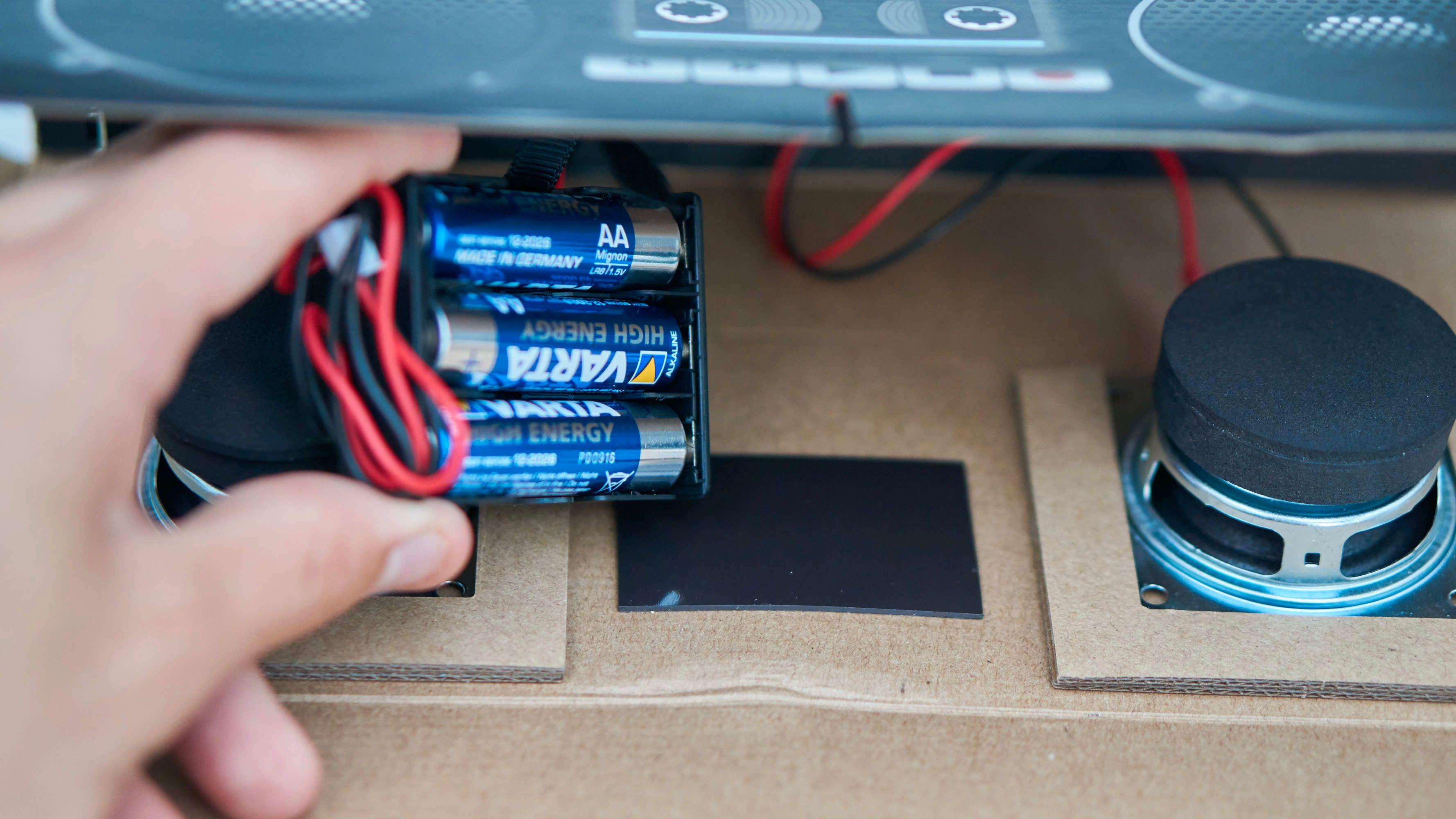 Batteriet sitter magnetisk festet.