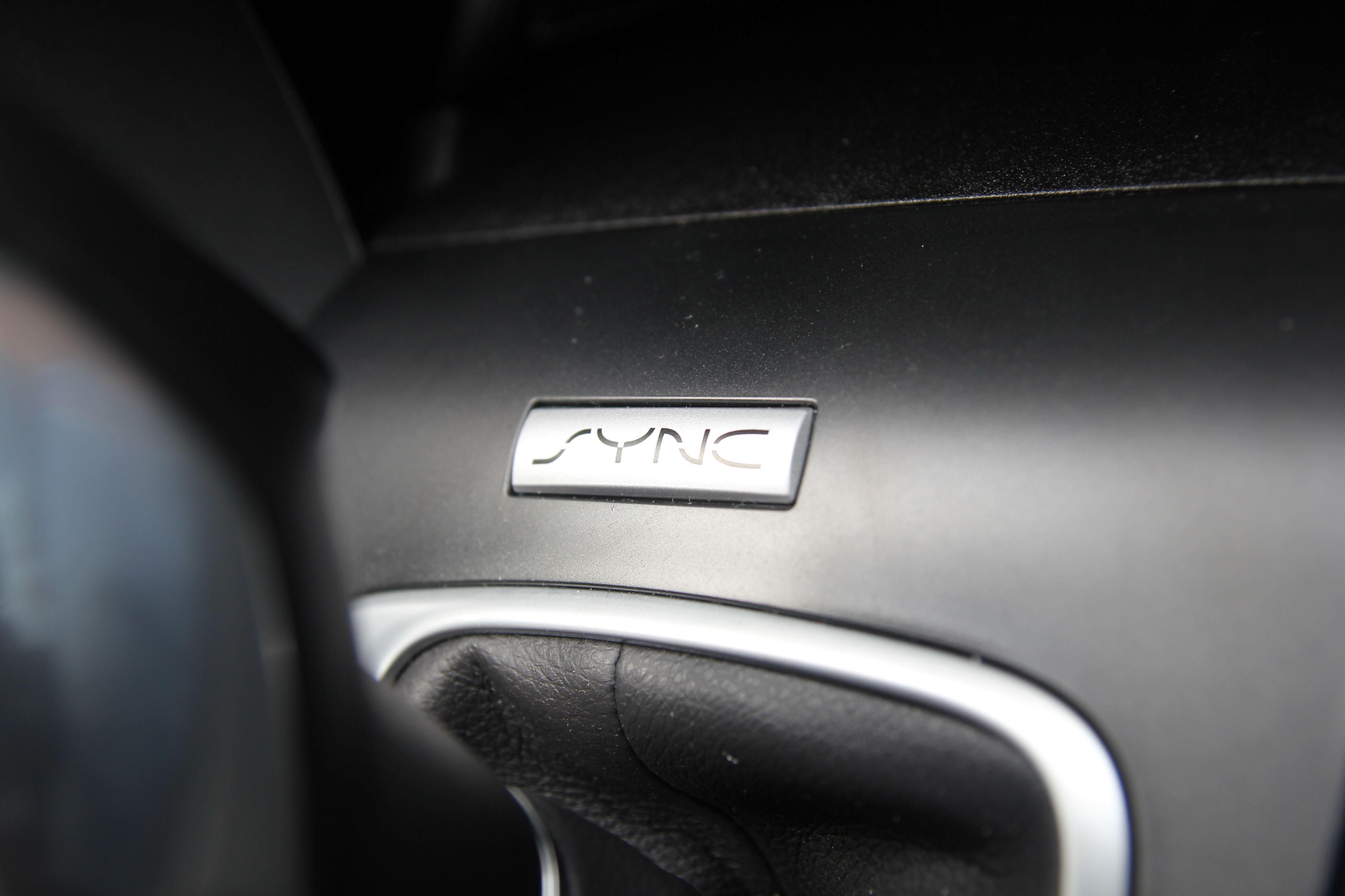 Den originale Sync-logoen har fått en fremtredenede plass like framfor automatgirspaken.