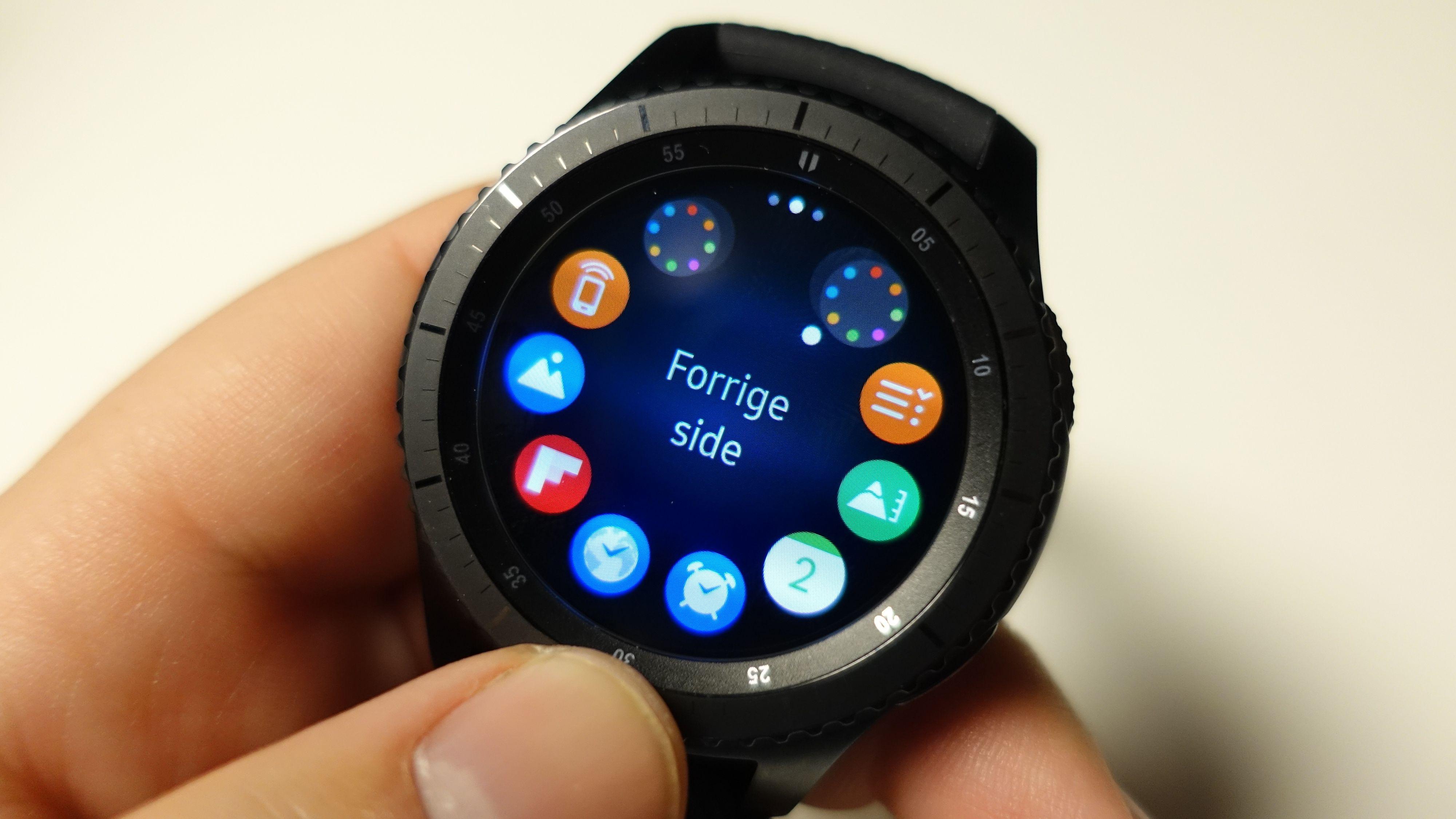 Er det noe sånt vi kan få fra Fitbit? Her har vi Samsung Gear S3 Frontier.