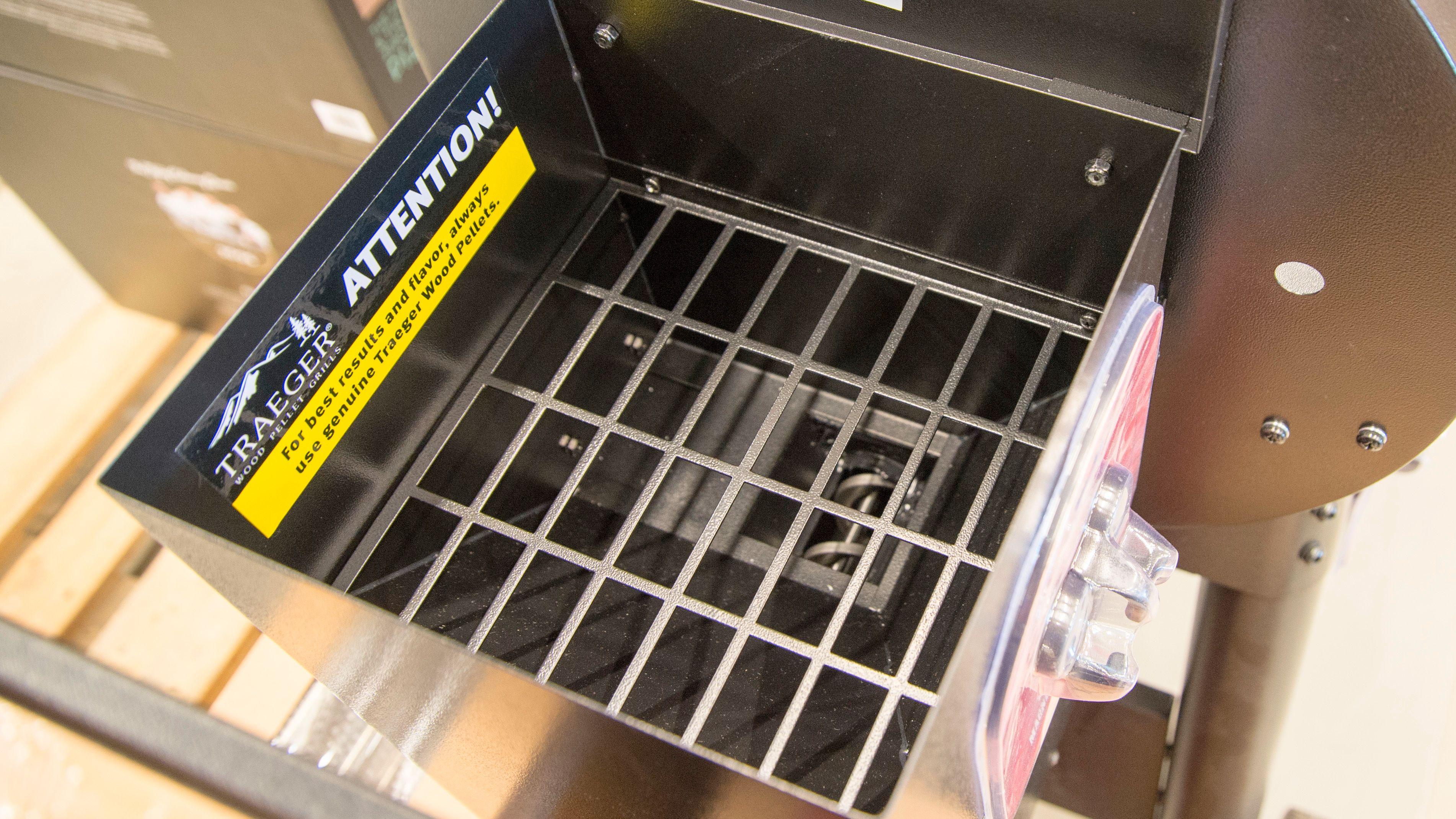 Beholderen har en egen rist så du ikke skal kunne stikke fingrene ned til mateskruen.